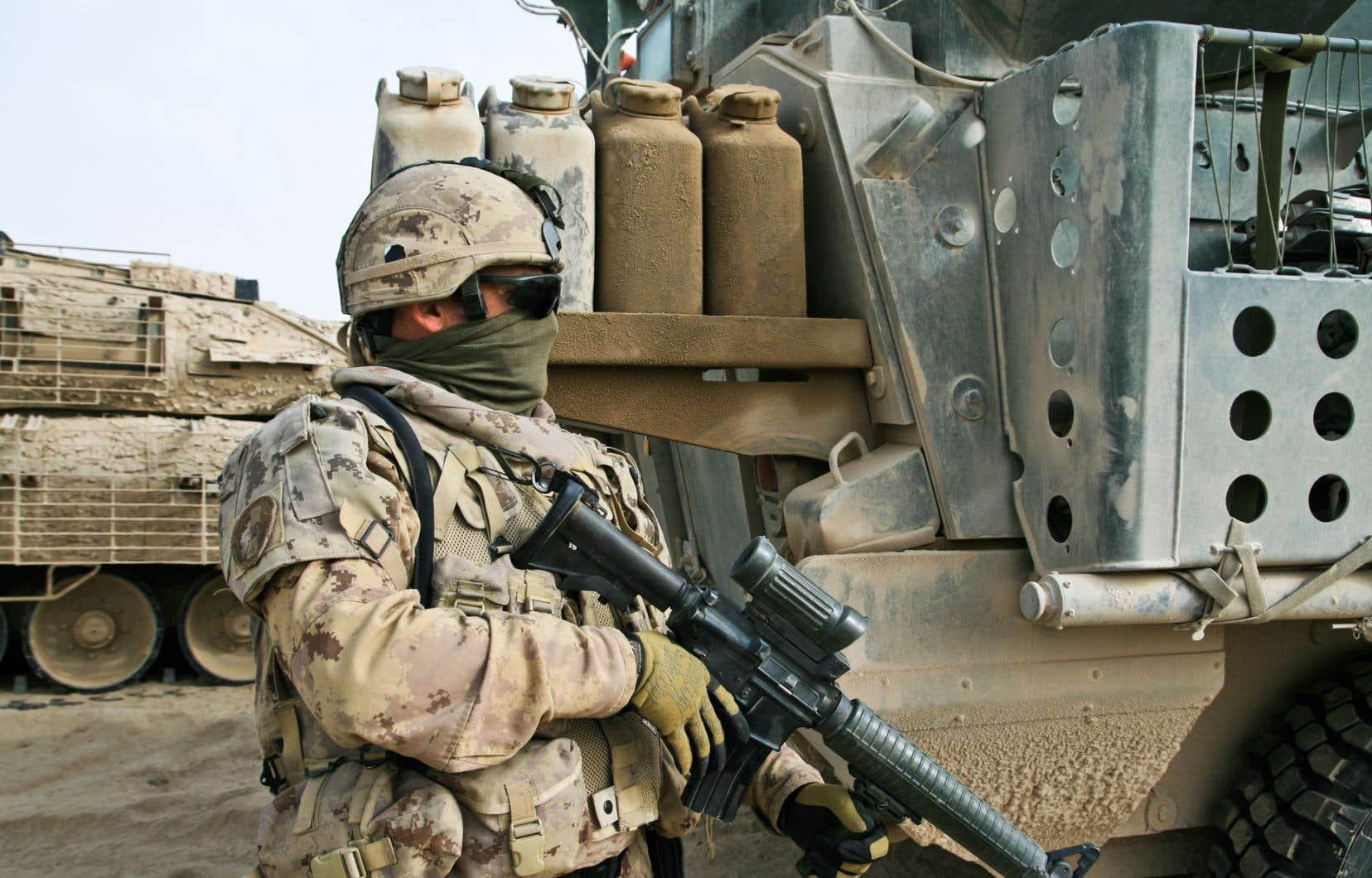 <div> Soldat du premier bataillon du Royal 22e Régiment de l'armée canadienne en patrouille en Afghanistan</div>