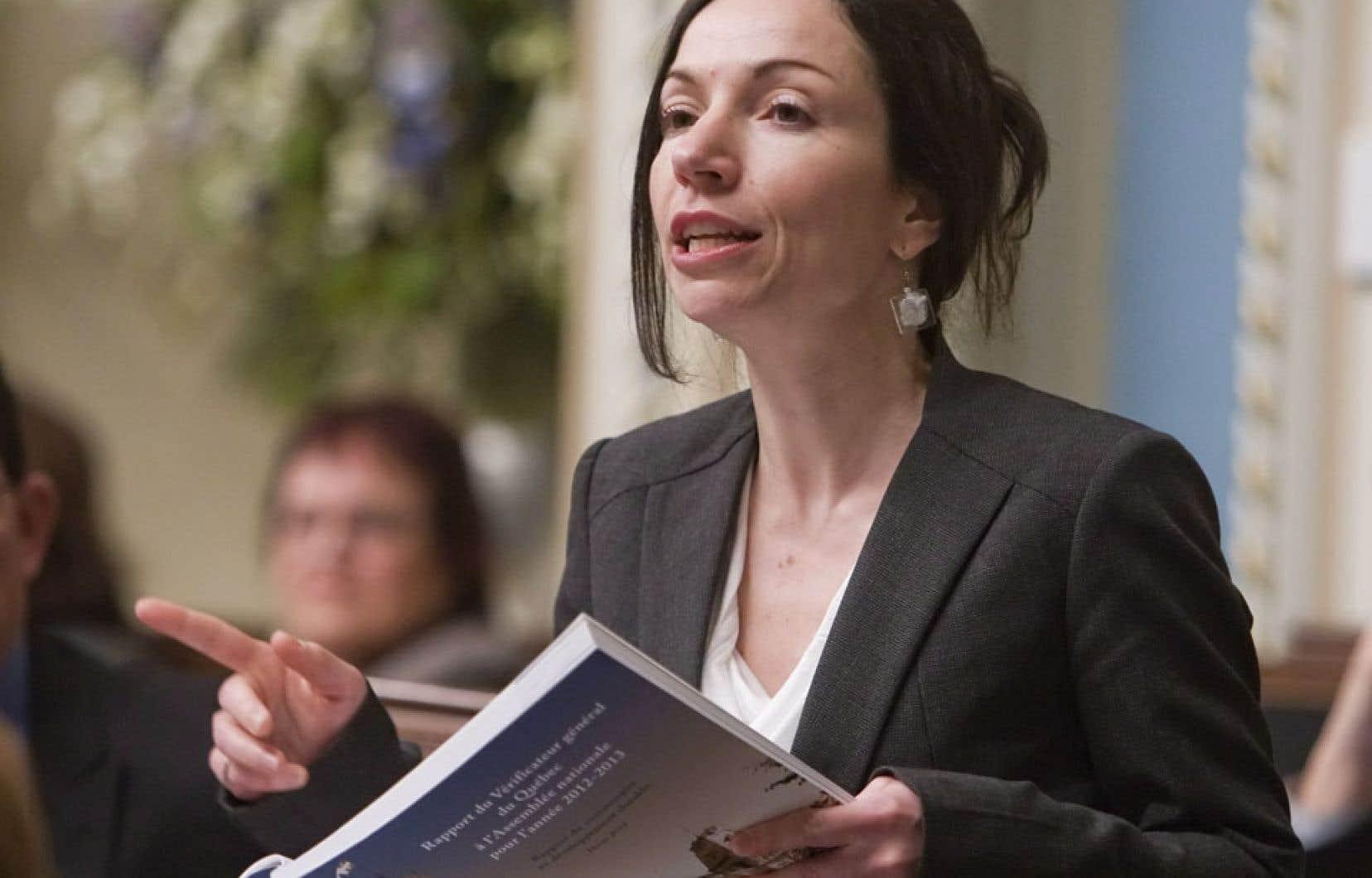 La ministre des Ressources naturelles, Martine Ouellet, a essuyé la colère de la députée Danielle St-Amand mercredi soir lors d'une séance de travail portant sur le rapport de la commission. Jeudi, la députée a rendu public un communiqué lui présentant ses excuses.