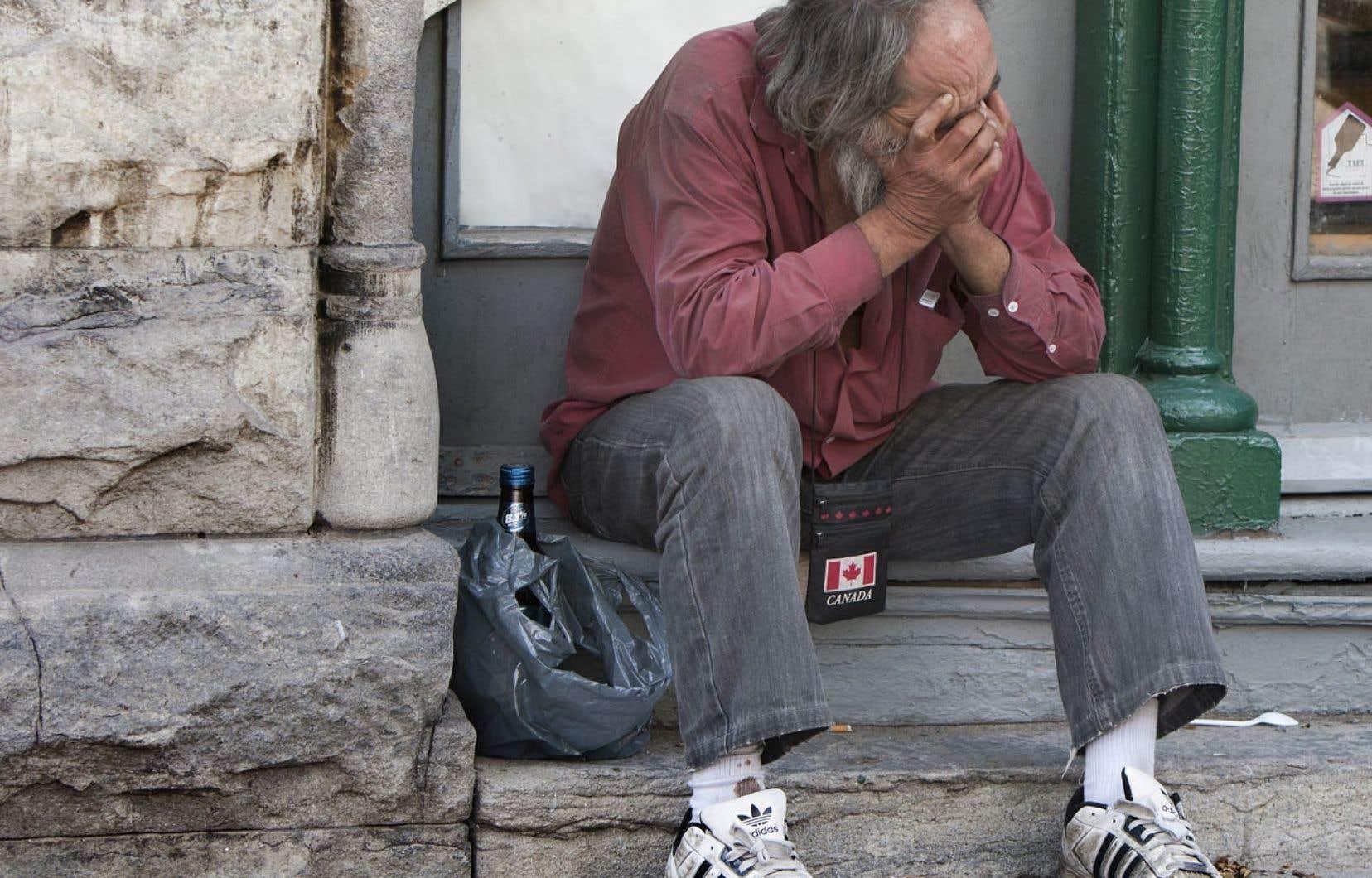 Dans la rue, un itinérant coûte en moyenne près de 53 000 $ - en transport, en ambulance, en nuits à l'hôpital ou en refuge, en interventions policières, en séjours en prison, etc.