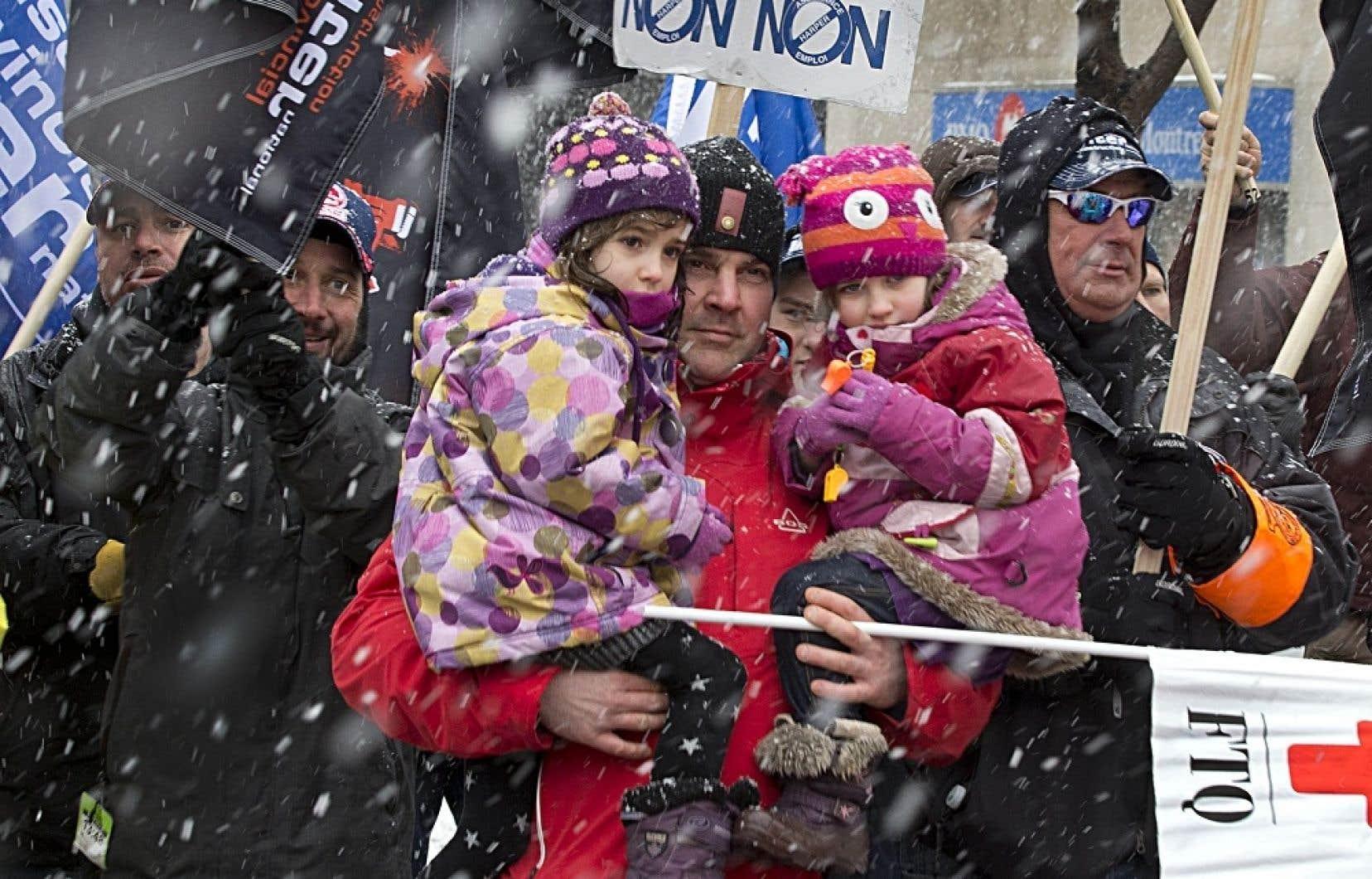 Des milliers de manifestants ont marché à Montréal (notre photo) et dans une dizaine de villes du Québec contre la réforme de l'assurance-emploi du gouvernement Harper.
