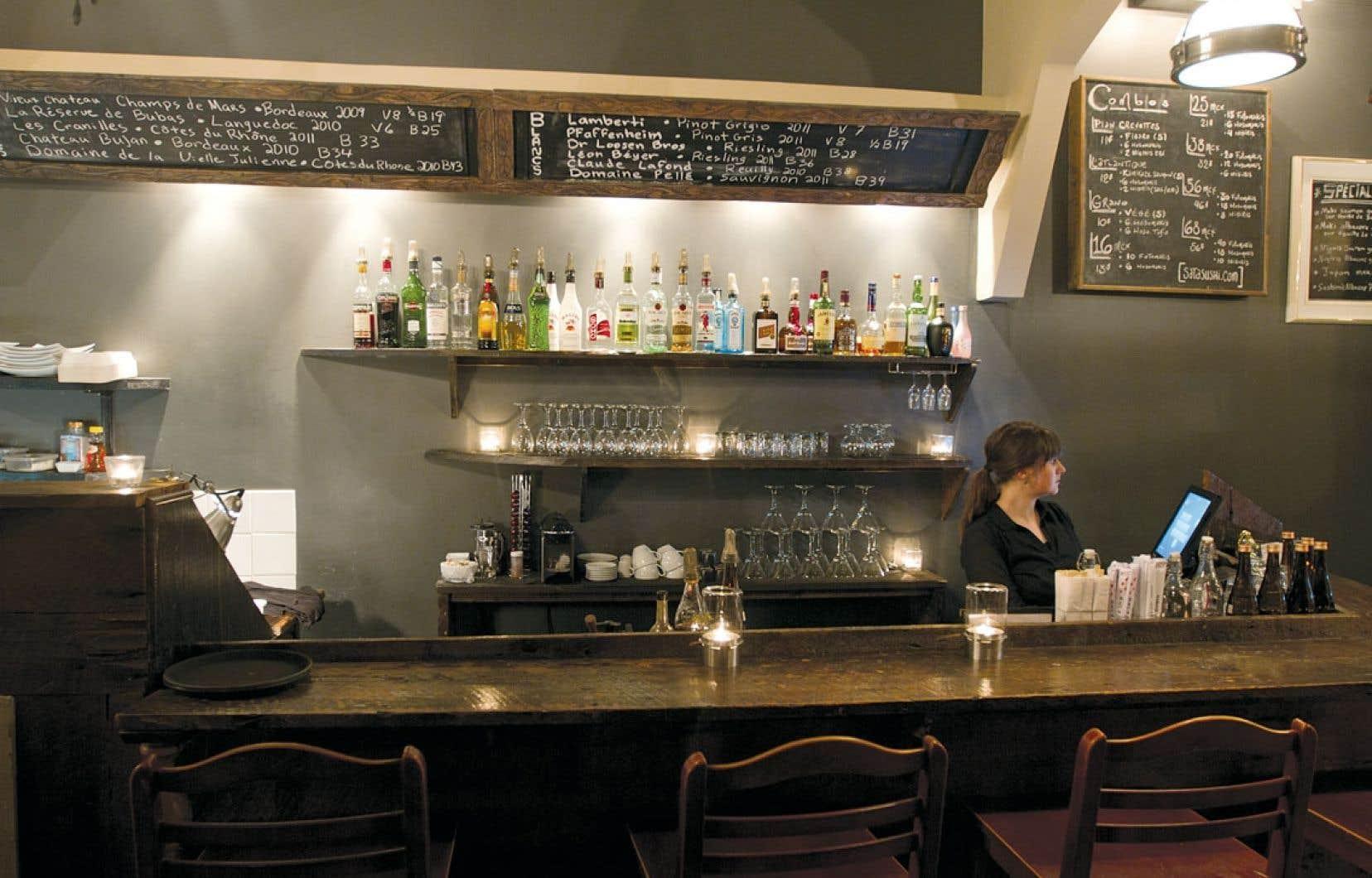 Au Sata Sushi de Montréal, les boiseries d'origine ont été conservées et un comptoir sushi a été ajouté, le tout créant une ambiance intime.