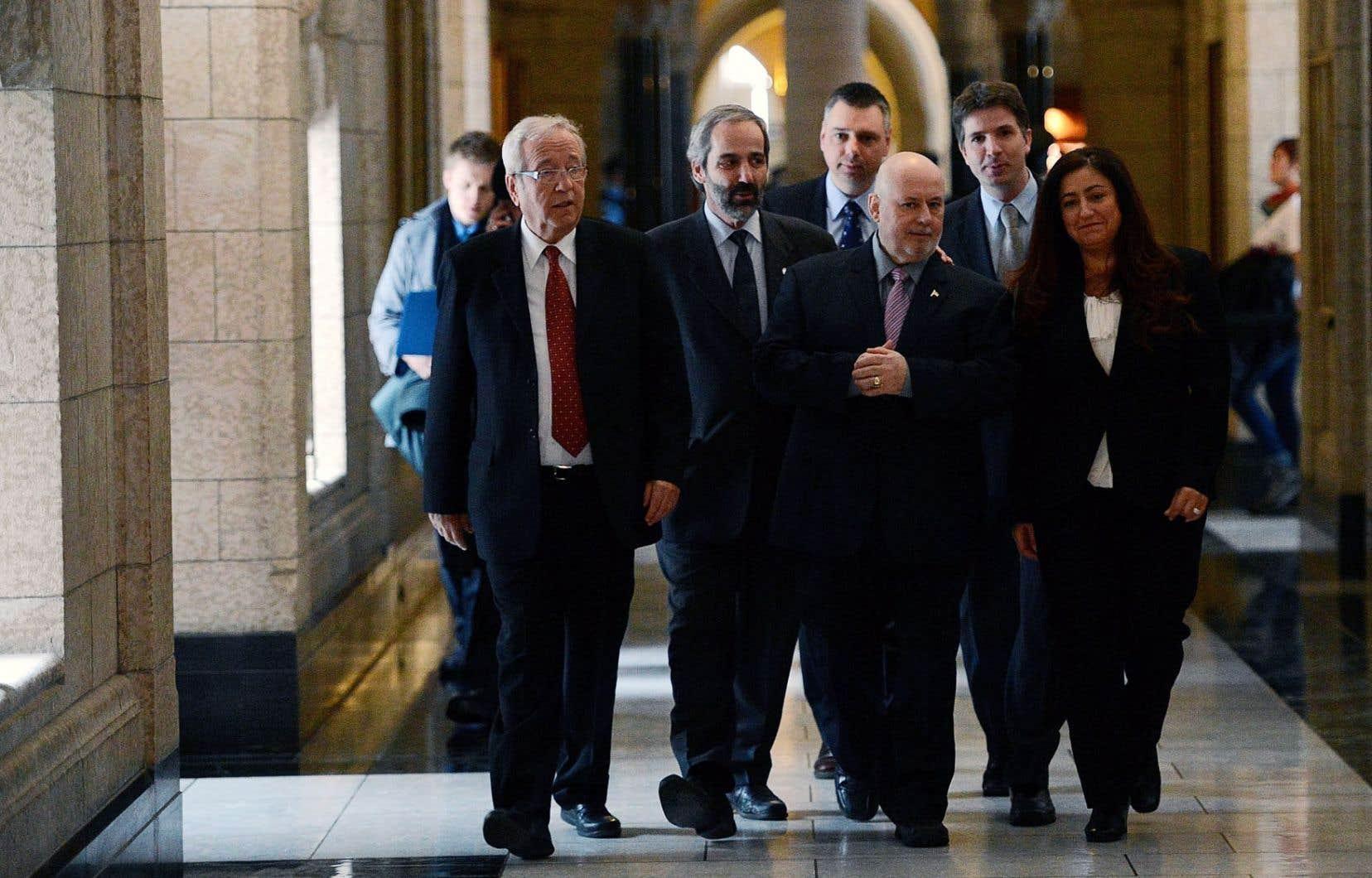 La décision de Claude Patry porte à cinq le nombre de députés bloquistes aux Communes. Claude Patry (devant, au centre) marche en compagnie de ses nouveaux collègues du Bloc québécois et de leur chef, Daniel Paillé.