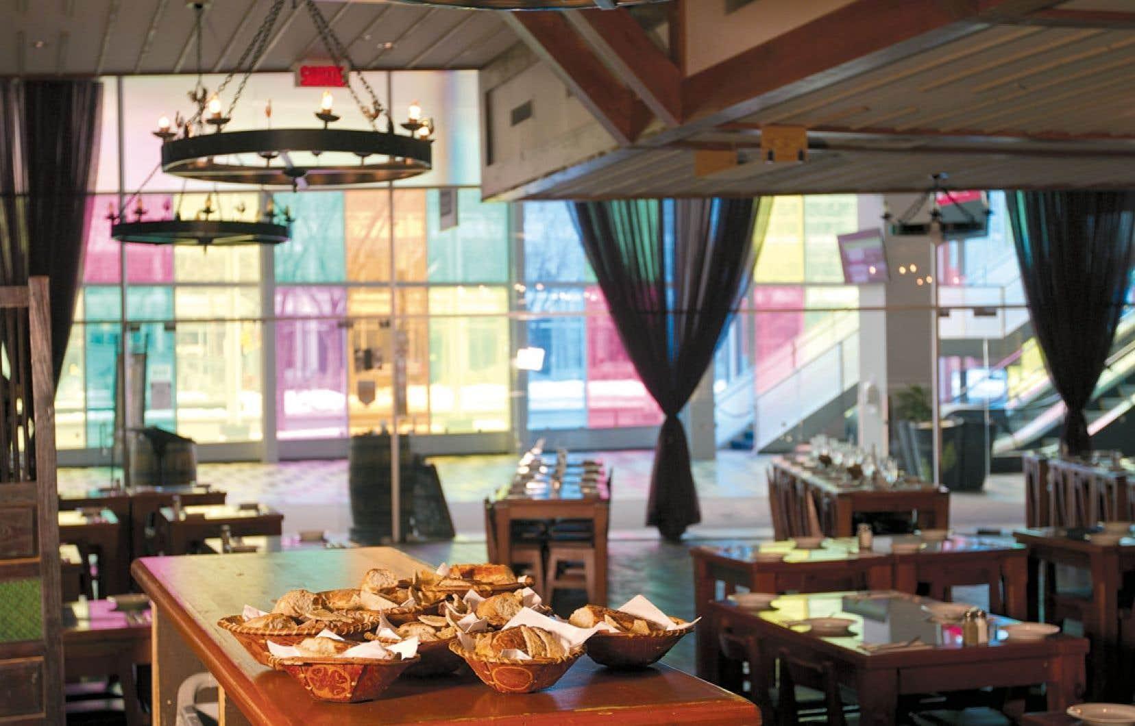 Situé au Palais des congrès, le restaurant Fouquet Fourchette propose aux visiteurs une cuisine d'inspiration Nouvelle-France, avec des saveurs du terroir et des bières québécoises.