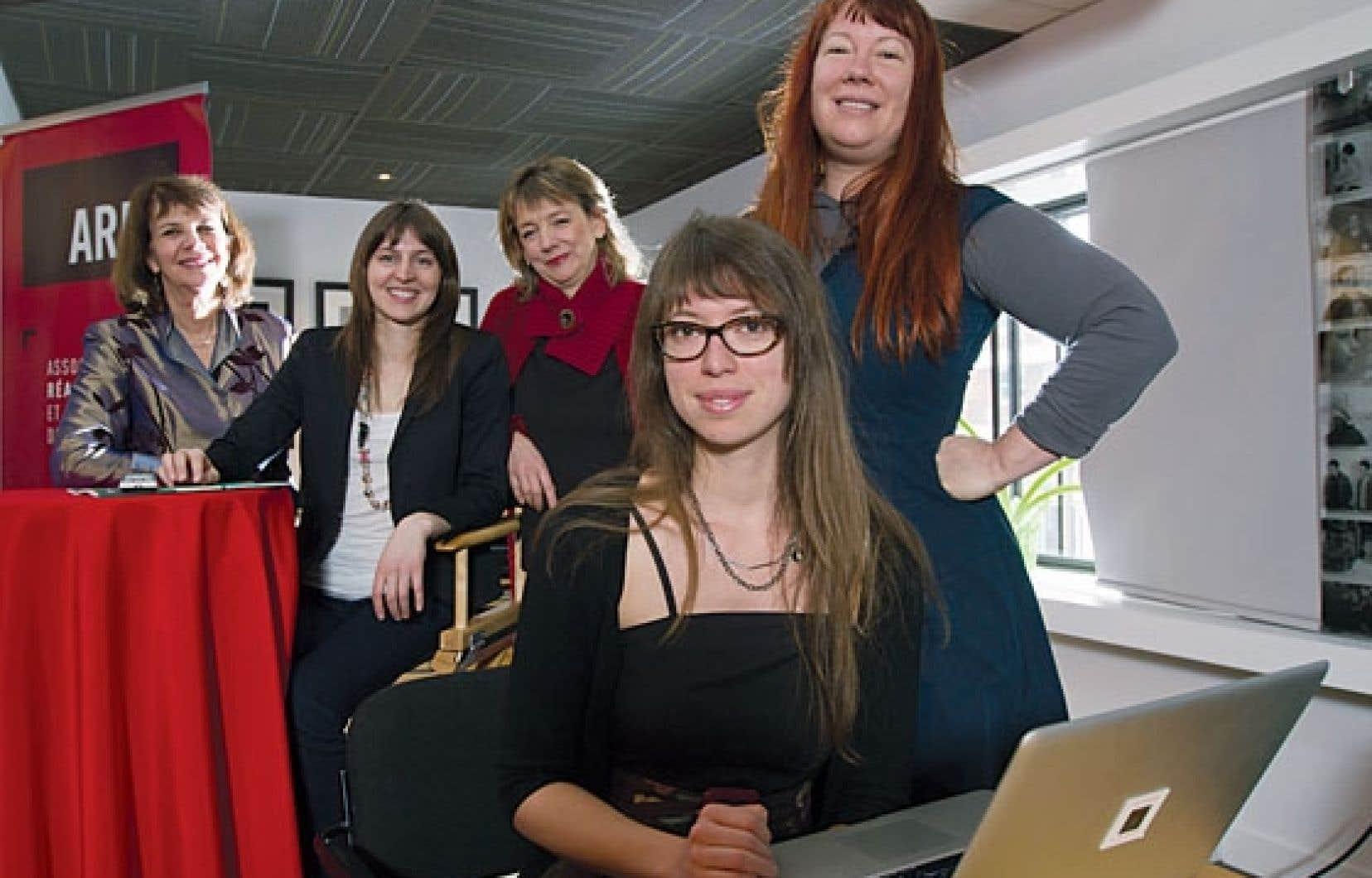 La sociologue Anna Lupien (premier plan) présentait lundi les résultats de son étude L'avant et l'arrière de l'écran, en compagnie de membres du collectif Réalisatrices équitables.