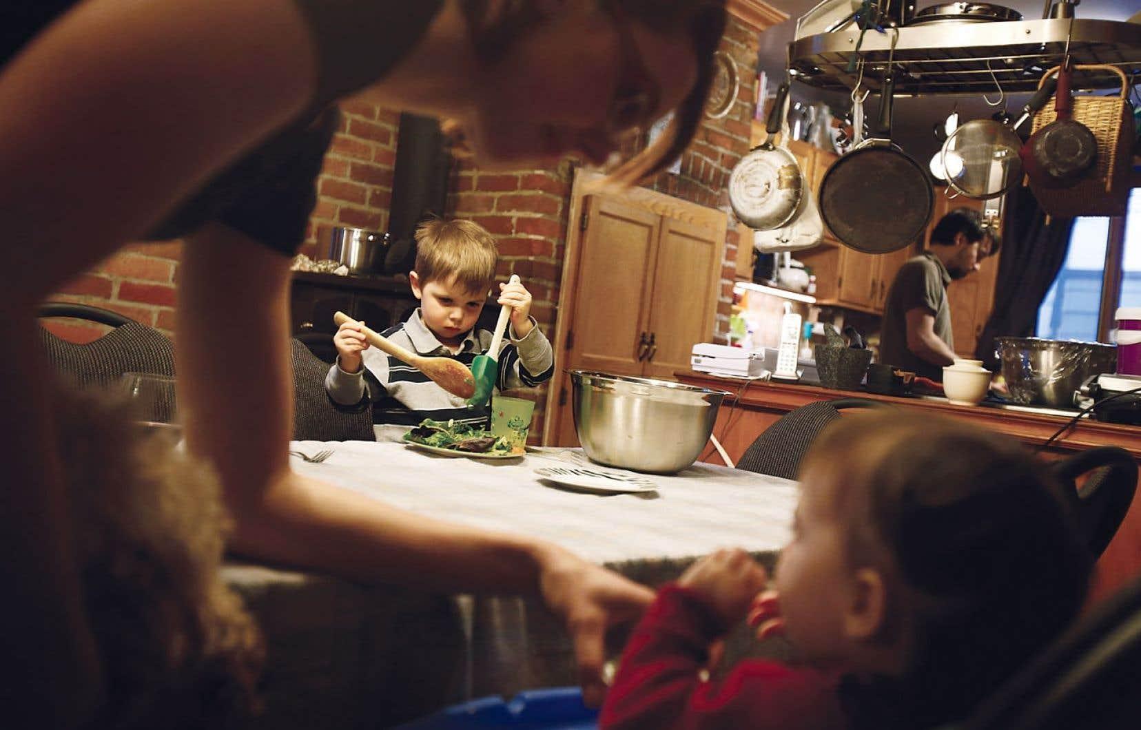Jean-Michel Fiset et Marie-Ève Gauvreau se partagent les tâches de fin de journée en y intégrant leurs enfants Maya, Charles et Blanche.