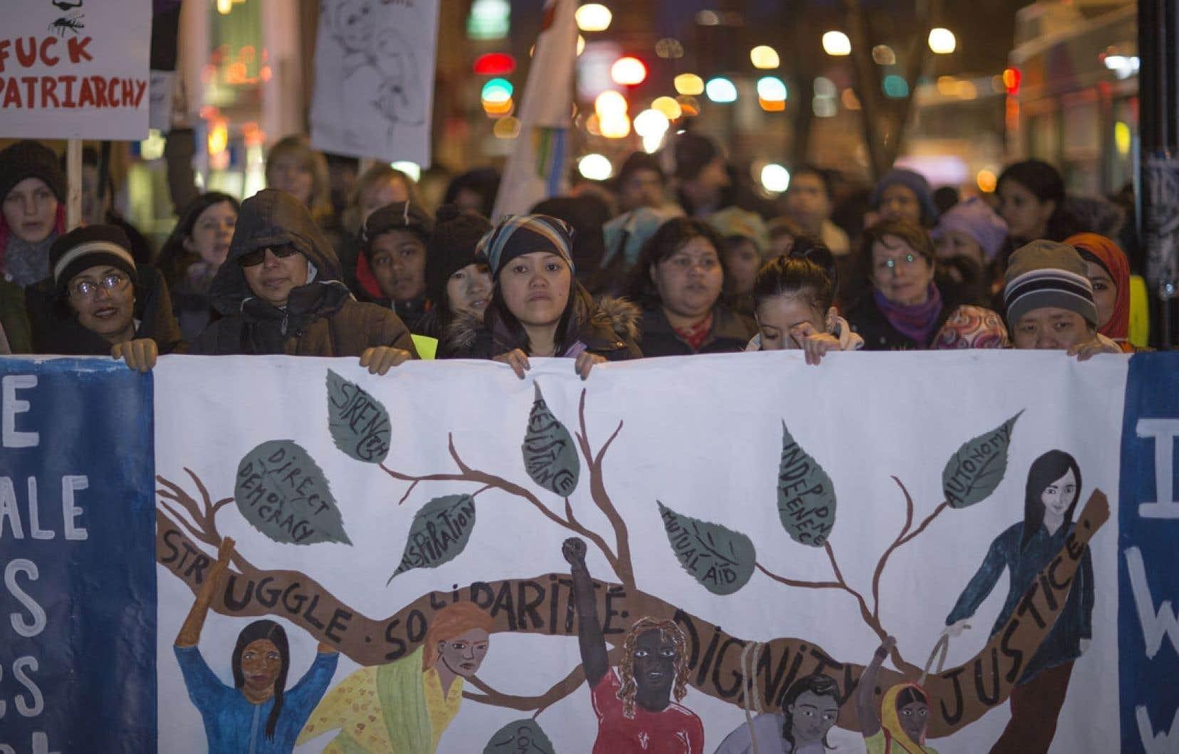 Environ 400 personnes se sont réunies vendredi soir à la place Émilie-Gamelin, au centre-ville de Montréal, pour souligner la Journée internationale des femmes.