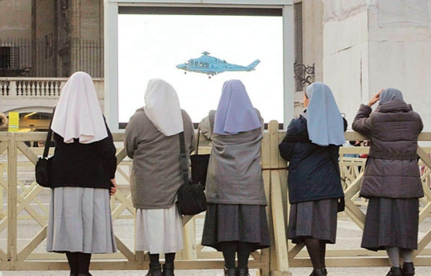 On a dépêché à Rome des centaines de journalistes pour suivre en direct le départ du pape en hélicoptère.