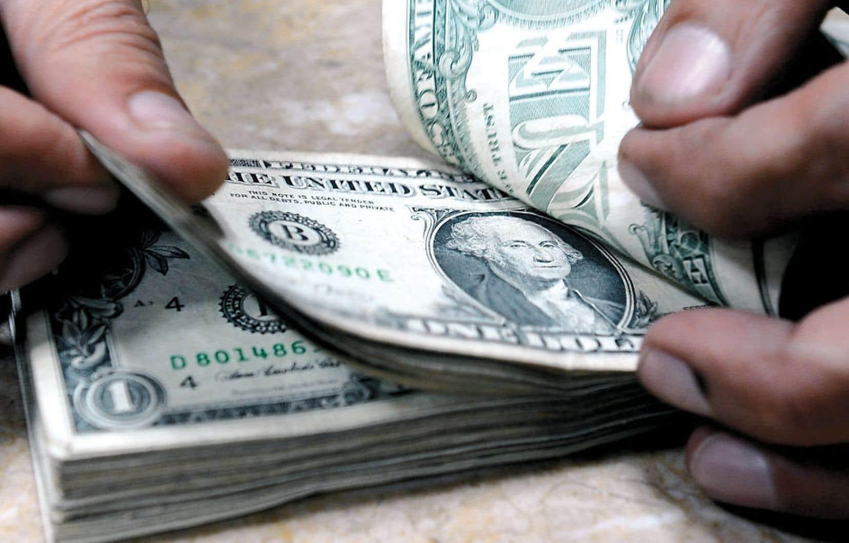 <div> Les retraités biélorusses tentent de protéger leurs avoirs en se procurant des dollars américains. Mais le phénomène risque de provoquer une poussée d'inflation. Contre la peur d'une nouvelle dévaluation de la monnaie biélorusse, le gouvernement aurait opposé la crainte d'une dégradation du papier-monnaie américain.</div>