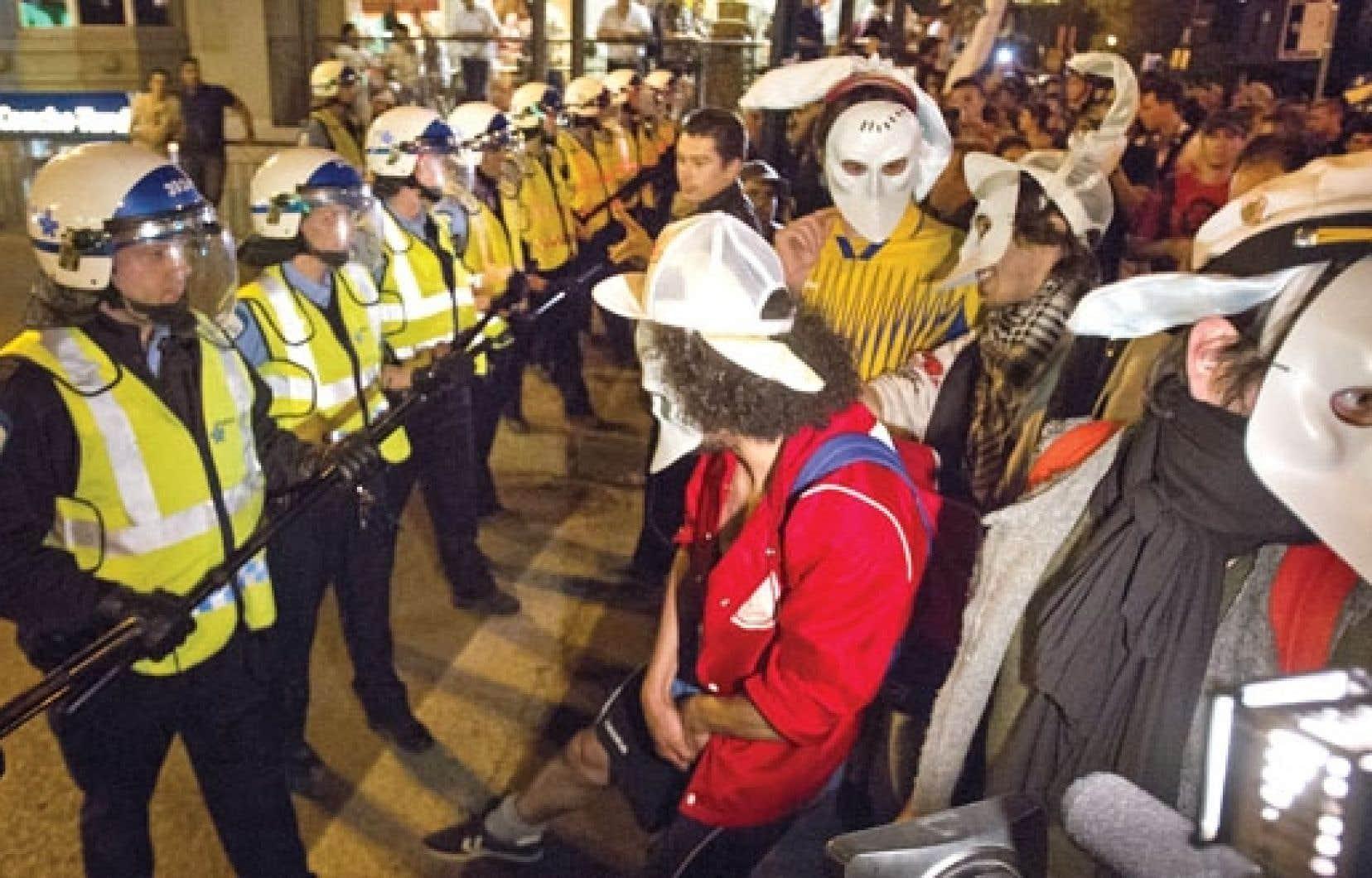 Manifestation nocturne à Montréal dans le cadre du printemps érable. Alors que personne ne nous protège de la police, comment s'étonner que la manifestation contre la brutalité policière exprime tant de colère ? se demande l'auteur.