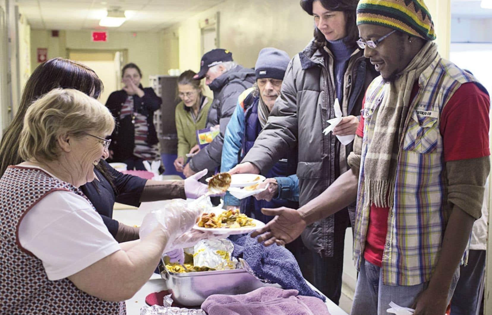 « C'est pas pour rien qu'on organise des soupers collectifs avec des petites conférences, affirme Solange Laliberté, bénévole à l'Association pour la défense des droits sociaux du Montréal métropolitain. C'est pour leur permettre d'avoir un bon repas. »