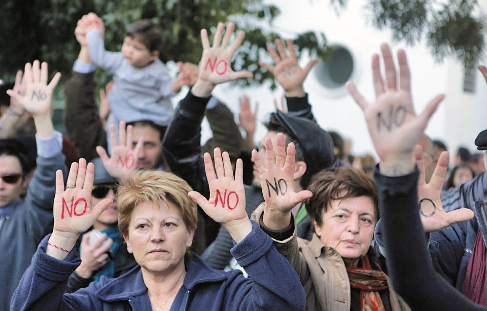 À Nicosie, des petits épargnants ont manifesté leur opposition au plan d'aide à Chypre, qui prévoit l'imposition d'une taxe spéciale sur les dépôts bancaires.