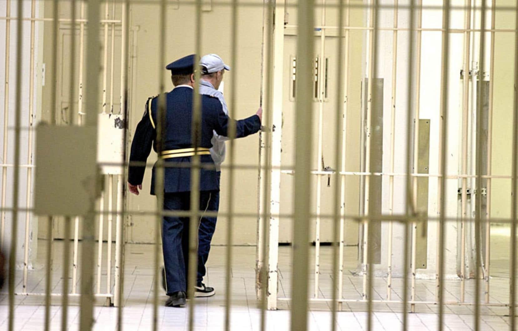 Le taux d'emprisonnement fédéral, par rapport au nombre d'habitants, est resté à peu près constant. C'est celui des provinces qui a crû, passant de 133 prisonniers par 100 000 habitants à 141.