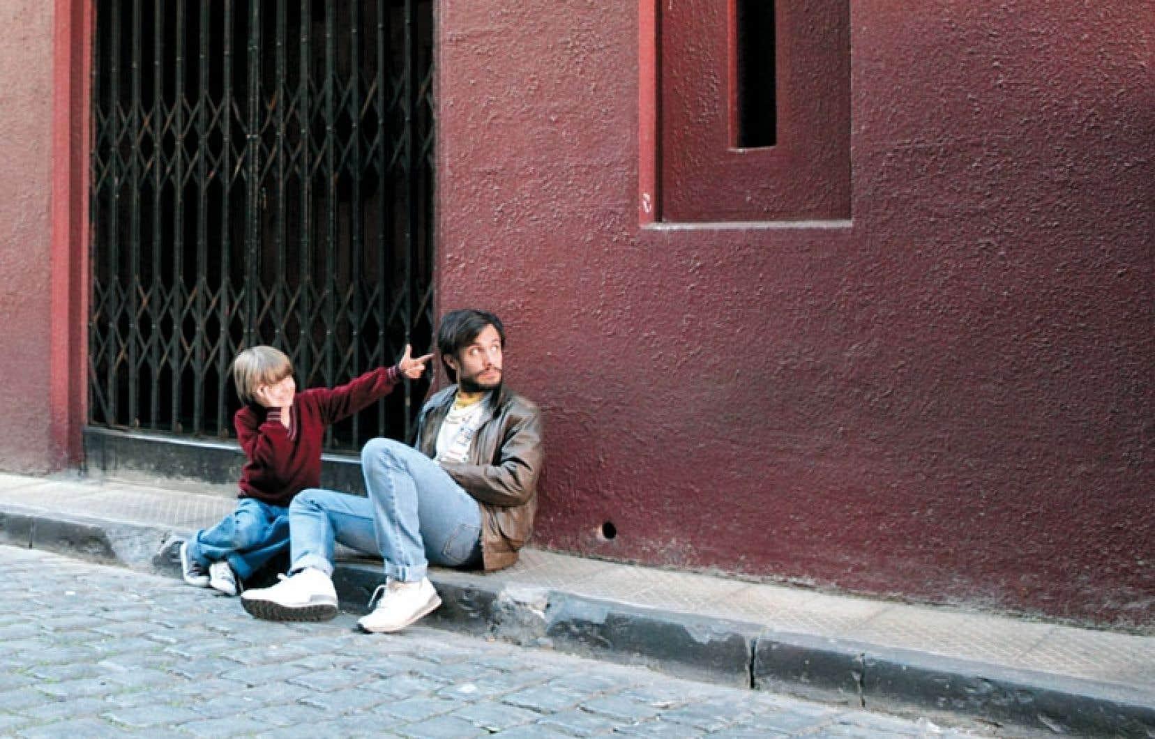 Ici, tout tourne autour d'un personnage ambigu et visionnaire : celui d'un jeune publicitaire matérialiste revenu d'exil, René Saavedra, interprété avec justesse par Gael García Bernal.