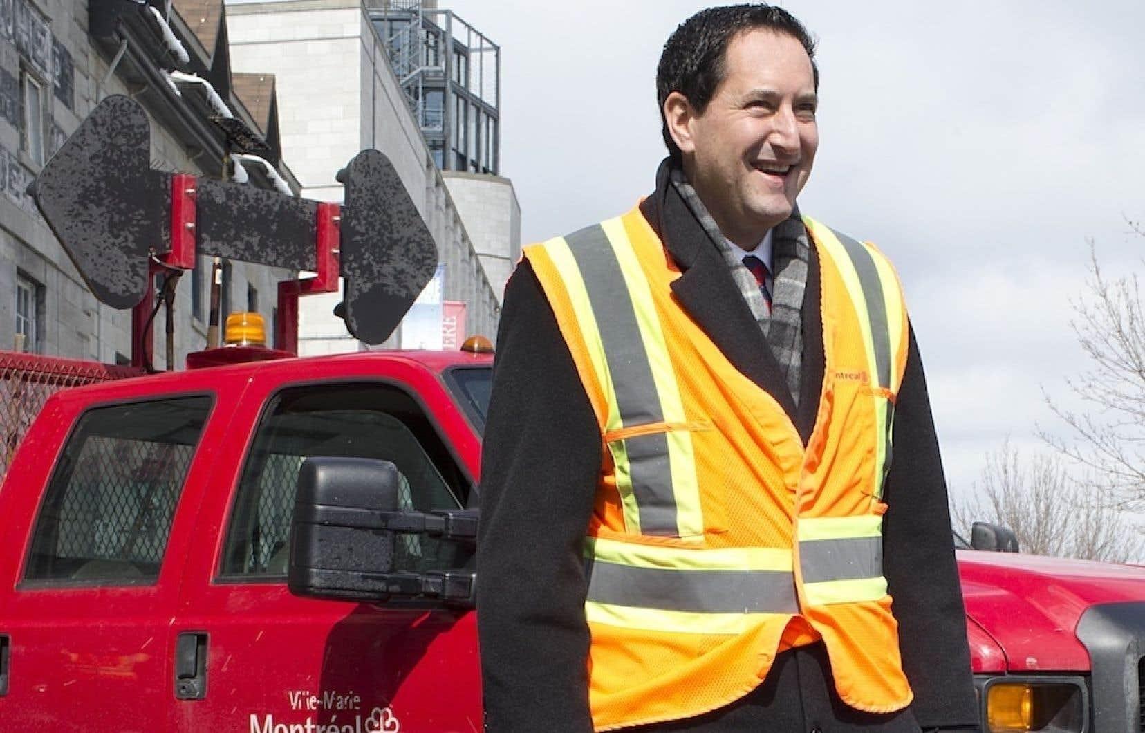 Le maire Applebaum s'est présenté dans le Vieux-Montréal, vendredi, pour boucher lui-même un nid-de-poule avant de lancer son appel à l'aide.
