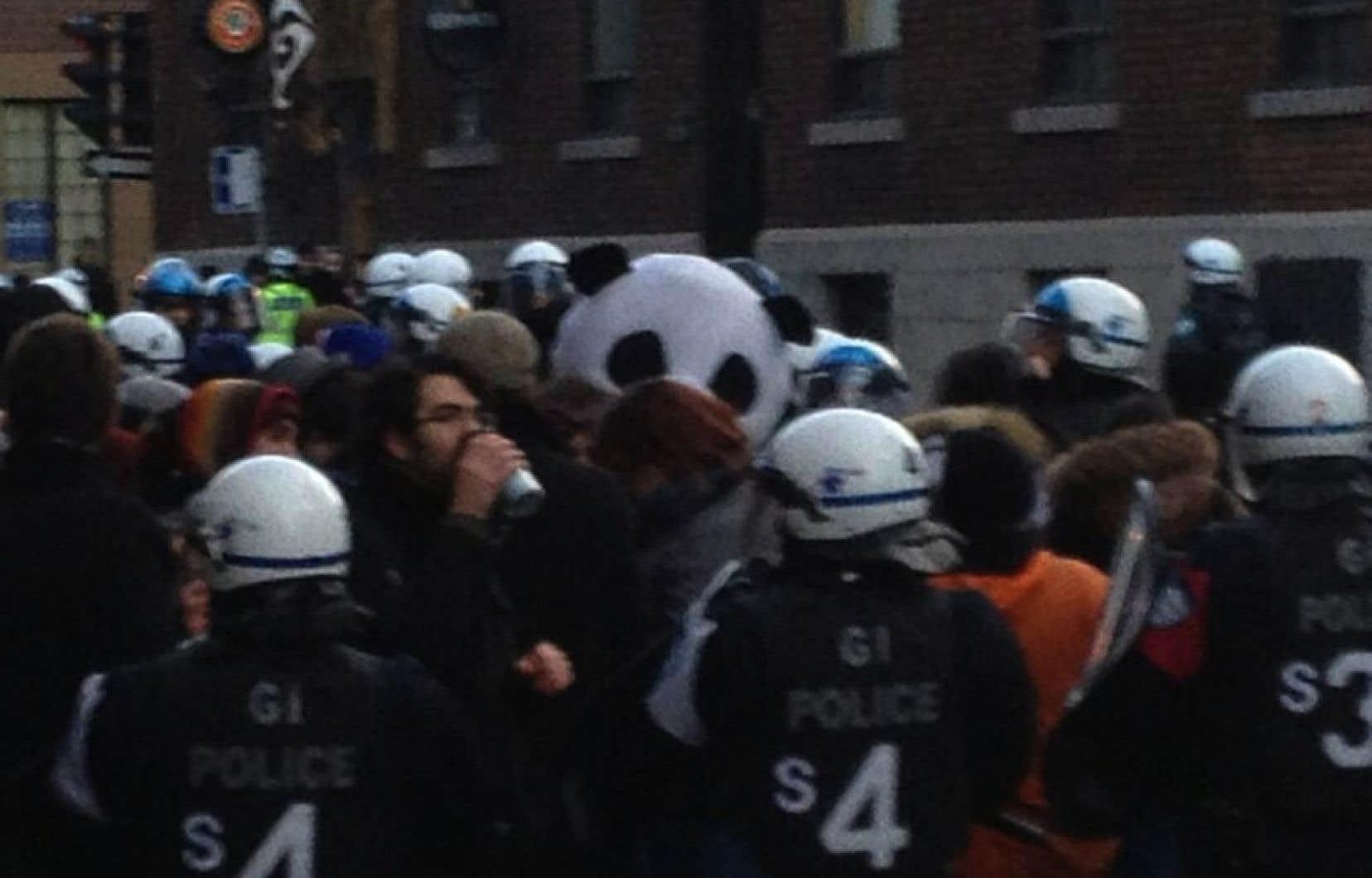 Selon le sergent Jean-Bruno Latour, porte-parole du SPVM, deux groupes de manifestants, totalisant entre 50 et 100 personnes, ont été interpellés pour avoir enfreint le règlement municipal P-6, notamment en circulant dans la rue en sens inverse de la circulation.