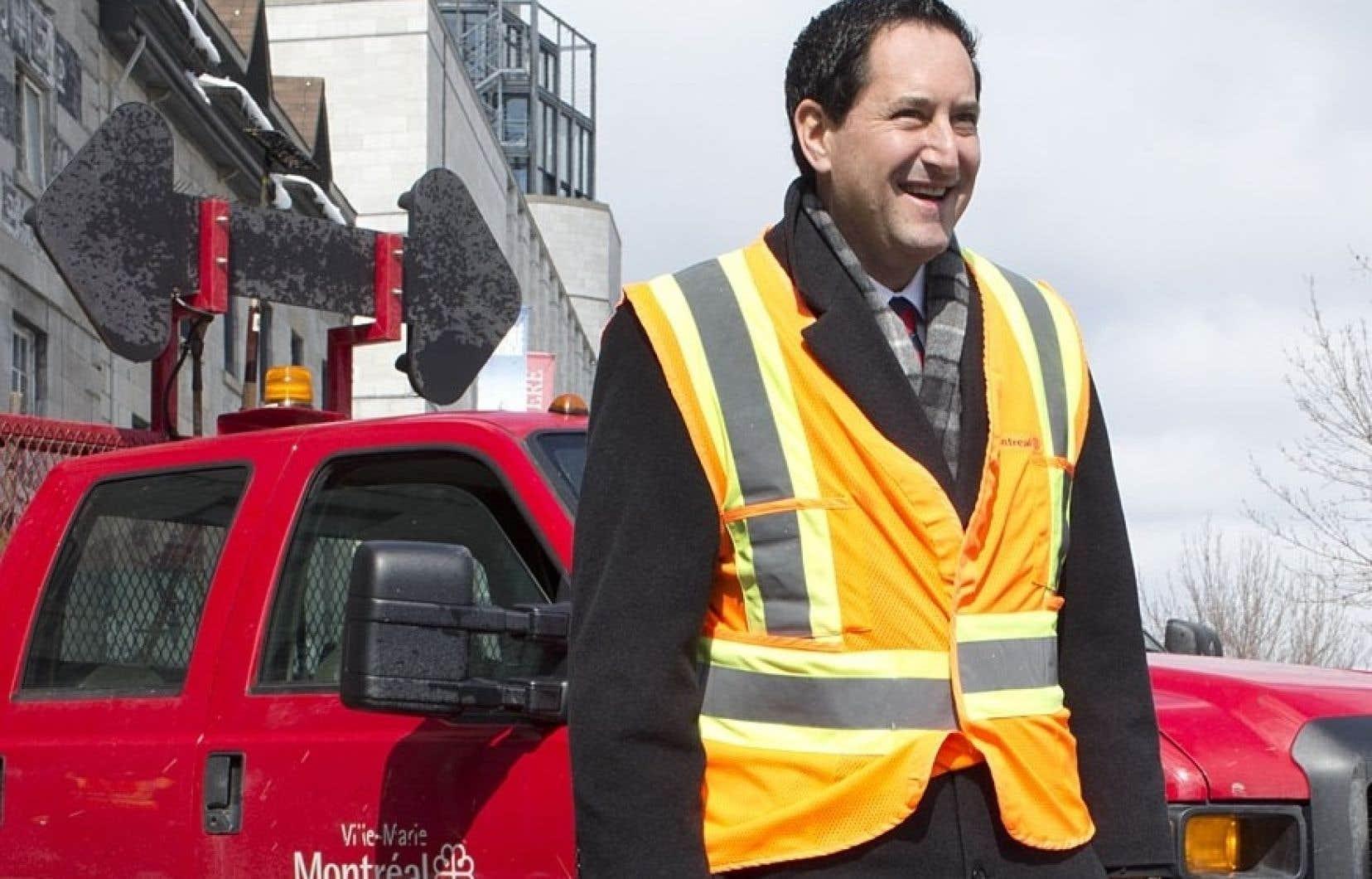 Le maire Michael Applebaum en est rendu à sonder la population pour lui demander si elle veut que les nids-de-poule soient réparés ou non.