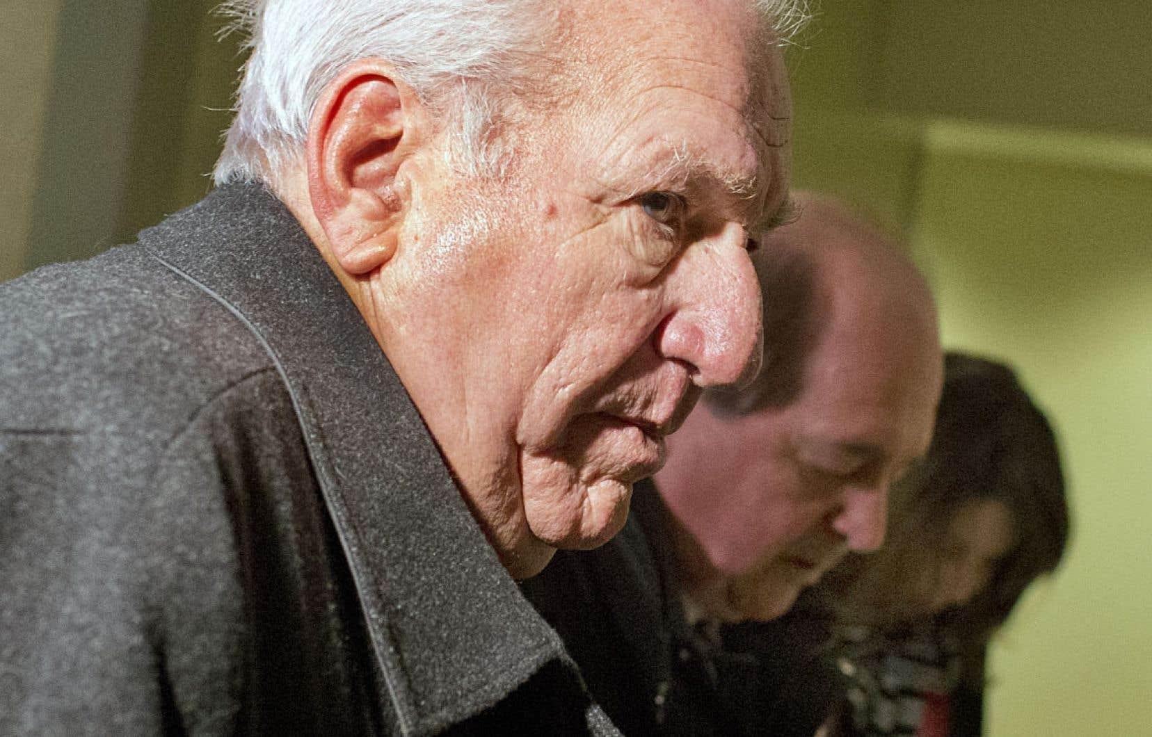 Bernard Trépanier aux côtés de ses avocats lors de son arrivée à la commission Charbonneau, mardi, où il était l'un des témoins les plus attendus.
