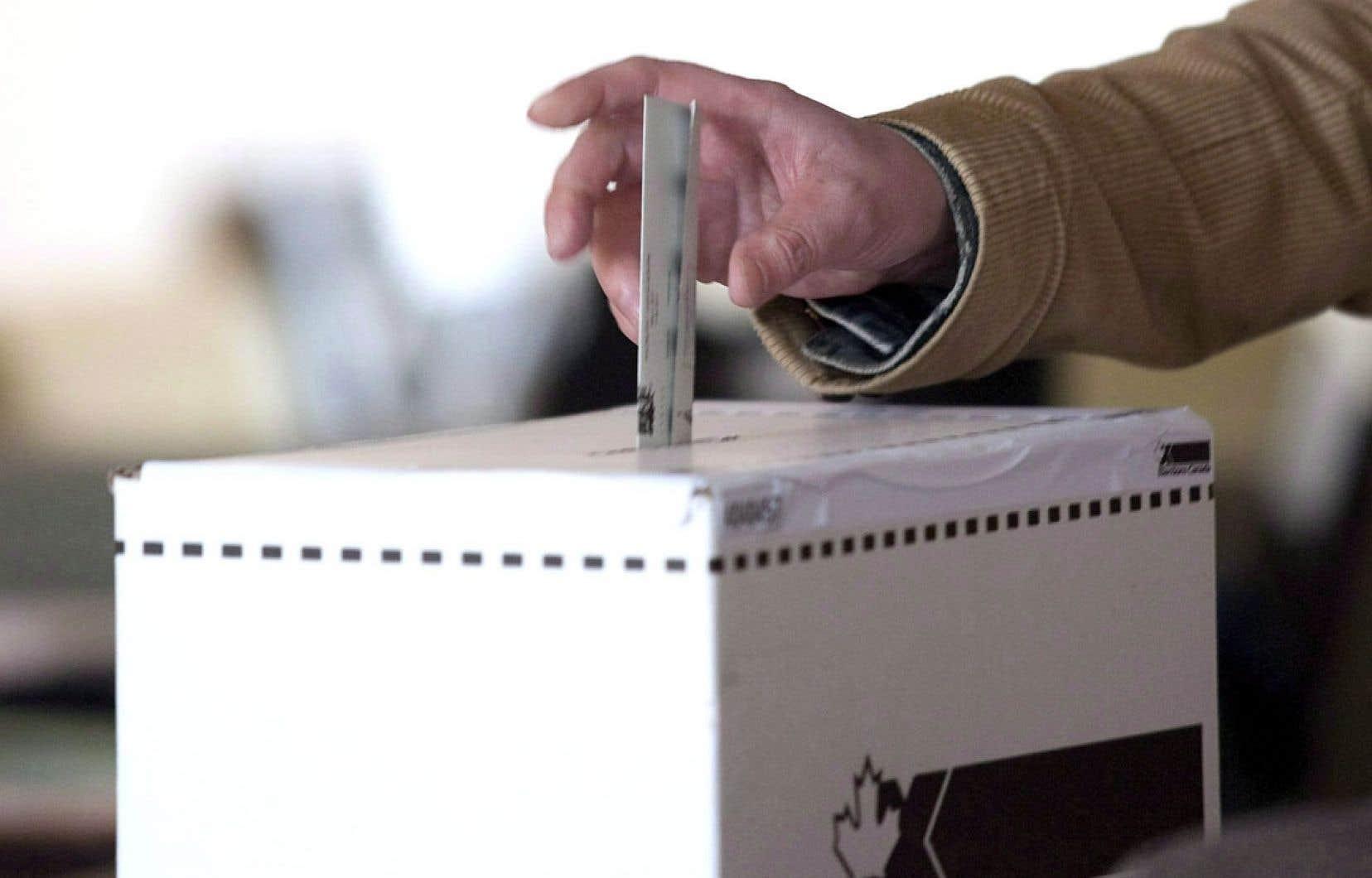 Élections Canada enquête toujours sur des informations faisant état d'appels qui aiguillaient les électeurs vers de « nouveaux » bureaux de scrutin, qui, en fait, étaient inexistants.