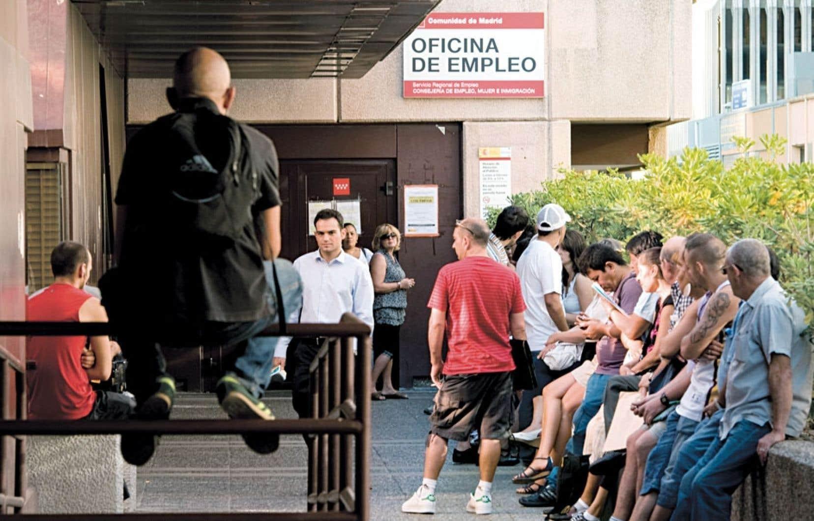 À Madrid, des sans-emploi font la file devant un bureau de l'emploi. L'Espagne est durement touchée par le chômage. Et c'est particulièrement vrai chez les jeunes, le taux de chômage étant de 55,7 % dans leur cas.