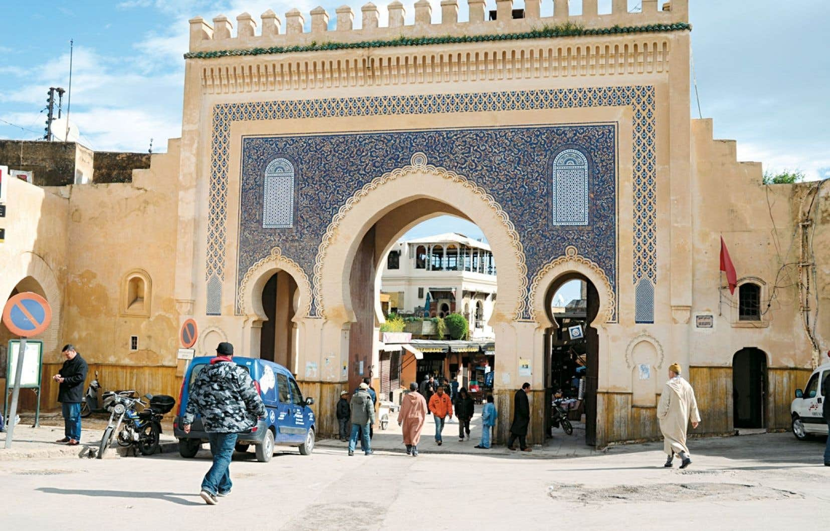 Bab Boujloud, principal accès à la médina de Fès. Ses façades sont ornées de carreaux de zellige, de couleur verte sur l'intérieur et bleue, chère aux artistes fassis, sur l'extérieur.