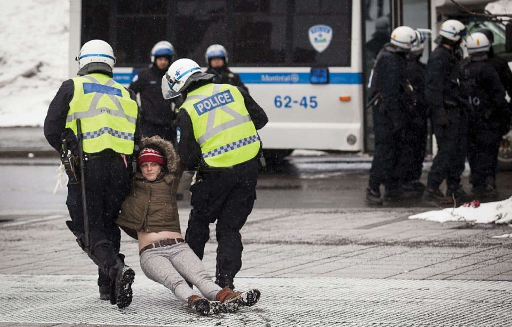 Arrestation lors de la manifestation contre la brutalité policière, le 15 mars dernier, à Montréal. Le règlement municipal P-6 a été voté le 18 mai 2012, mais n'a commencé à être utilisé de façon systématique par les policiers du SPVM qu'à partir du 15 mars 2013, soit 10 mois plus tard.