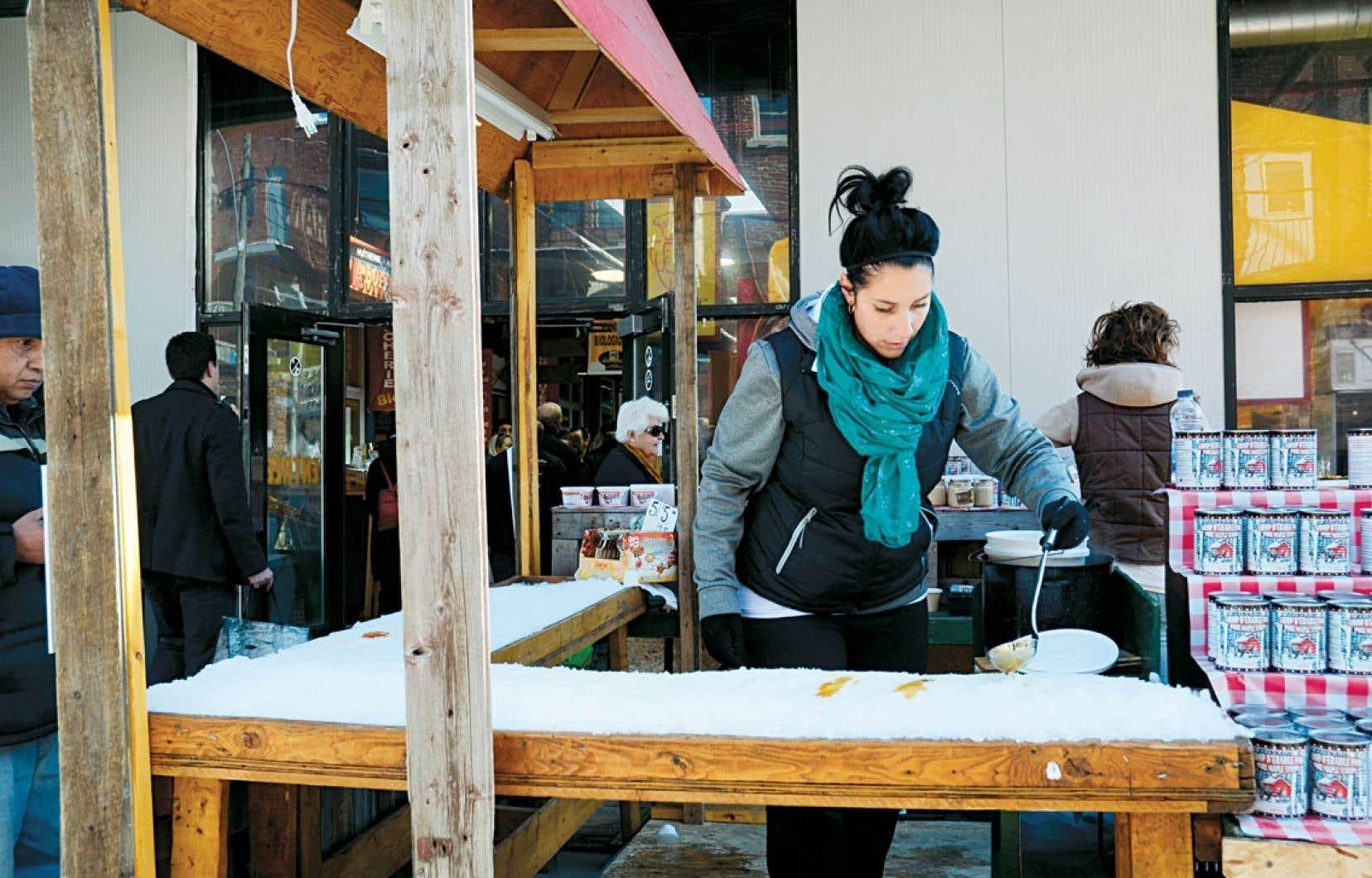 Certains établissements offrent la lichette de tire sur la neige les week-ends. Ici, chez Trottier au marché Jean-Talon de Montréal.