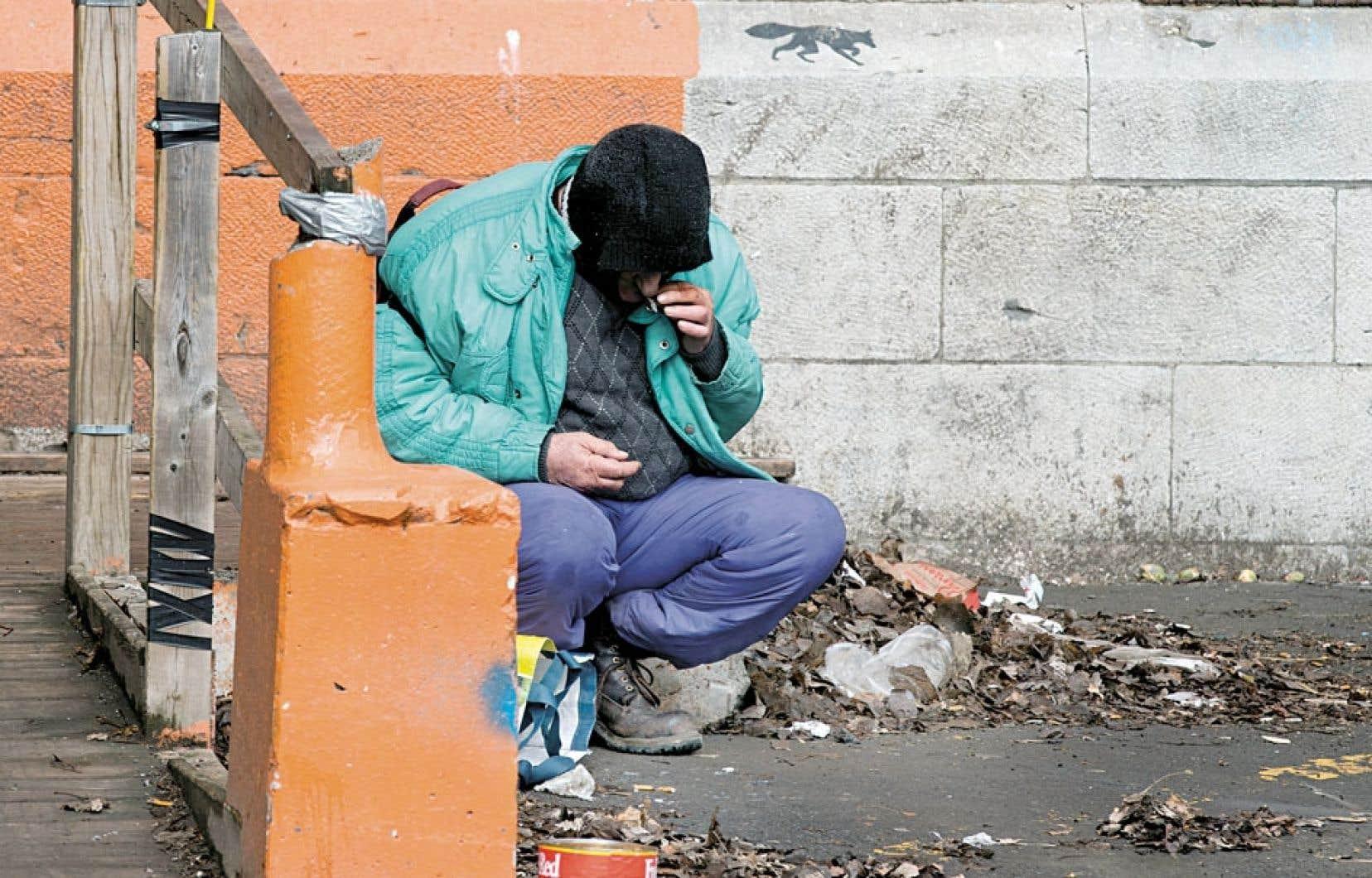 Aux abords du Centre social Centre-Sud (CSCS), dans un quartier pauvre de Montréal, un homme tire avidement sur sa cigarette, laissant peu de doute quant à l'ampleur de ses besoins. Le CSCS, comme cinq autres centres d'éducation populaire de Montréal, craint pour sa survie.