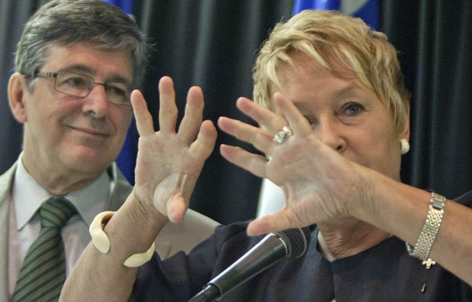 Sylvain Simard, derrière la première ministre Pauline Marois, le 28 juin 2012