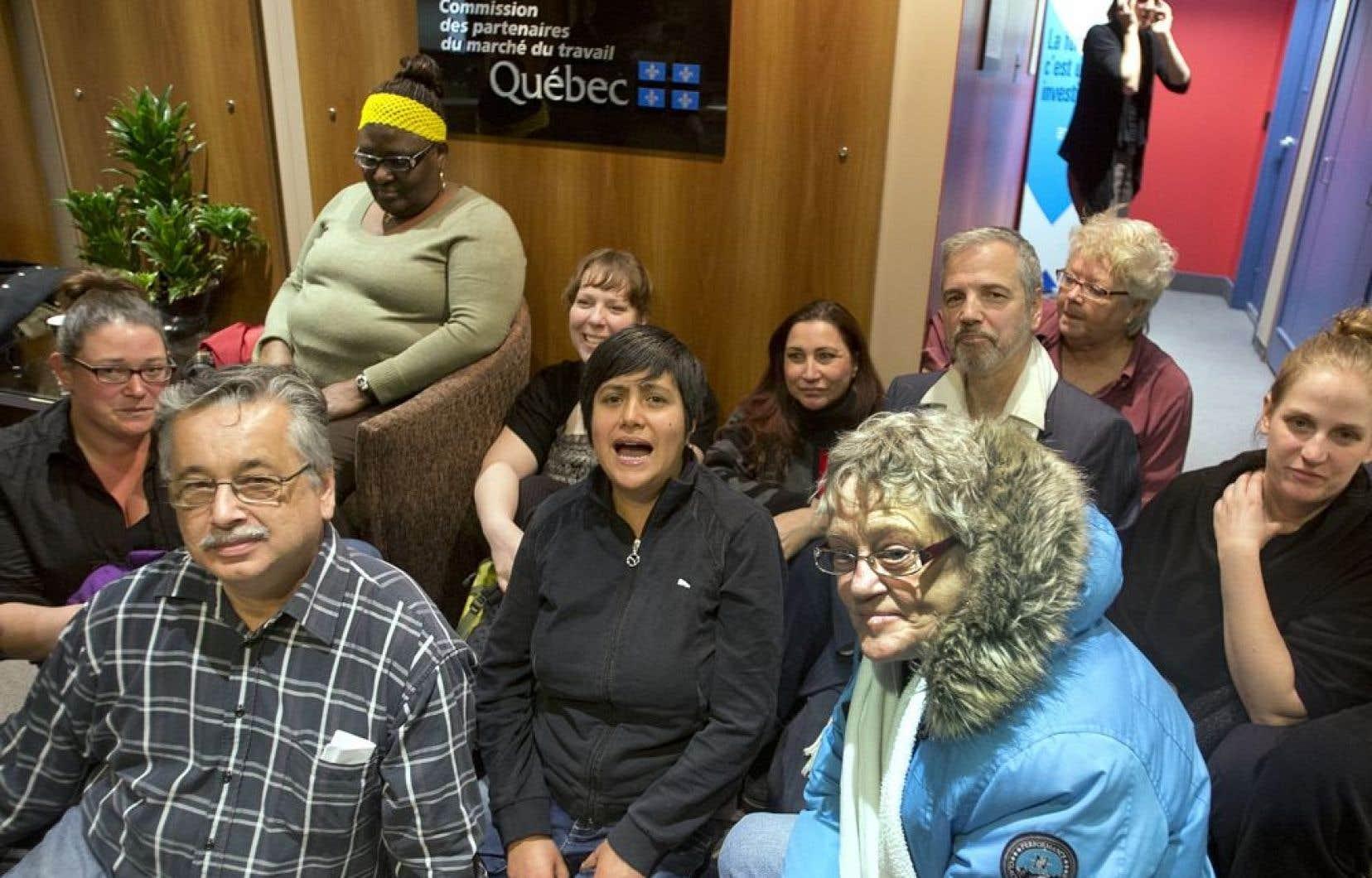 Depuis environ 10h30 vendredi, les militants ont investi le 28e étage de la Tour de la bourse, à Montréal, et sont installés dans les locaux du MESS.