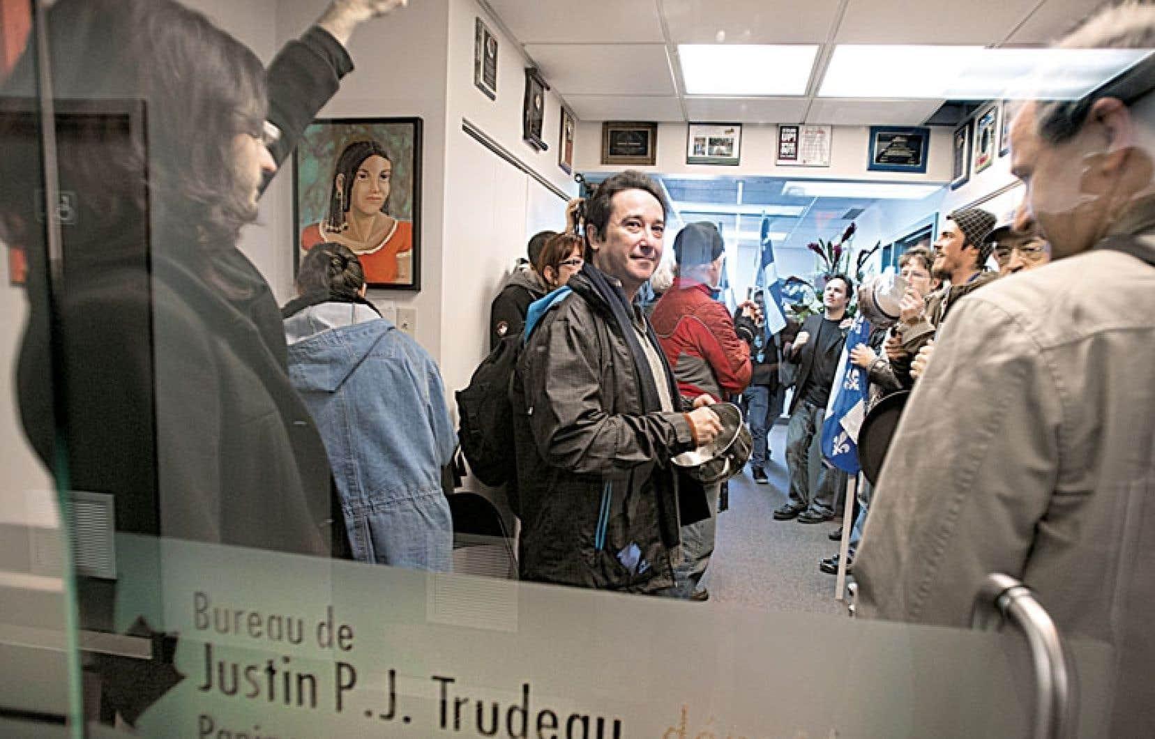 Des militants indépendantistes ont investi mercredi les bureaux montréalais du nouveau chef du Parti libéral du Canada, Justin Trudeau. Armés de casseroles, les membres du réseau Cap sur l'indépendance ont dénoncé les propos du député à la suite des récentes révélations concernant le rapatriement de la Constitution de 1982. La semaine dernière, Justin Trudeau a affirmé qu'il n'avait pas l'intention de « sombrer dans de vieilles chicanes », ajoutant que les Québécois ne s'intéressaient plus à cette question.