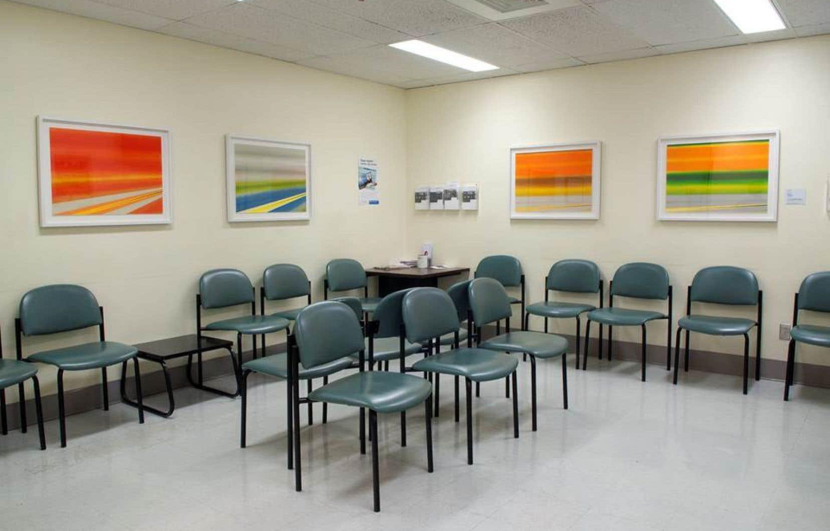 Une salle d'attente de l'hôpital habillée d'œuvres de Rita Letendre.