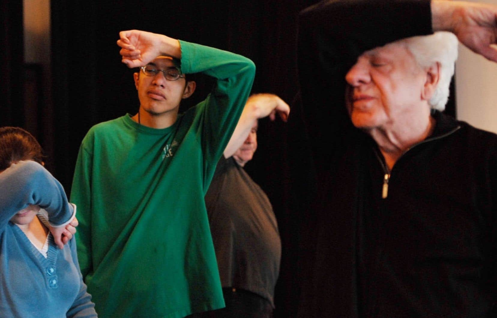 L'atelier est mené dans un esprit de médiation à double sens: sensibiliser les handicapés visuels à la danse et sensibiliser les jeunes à la réalité du non-voyant.