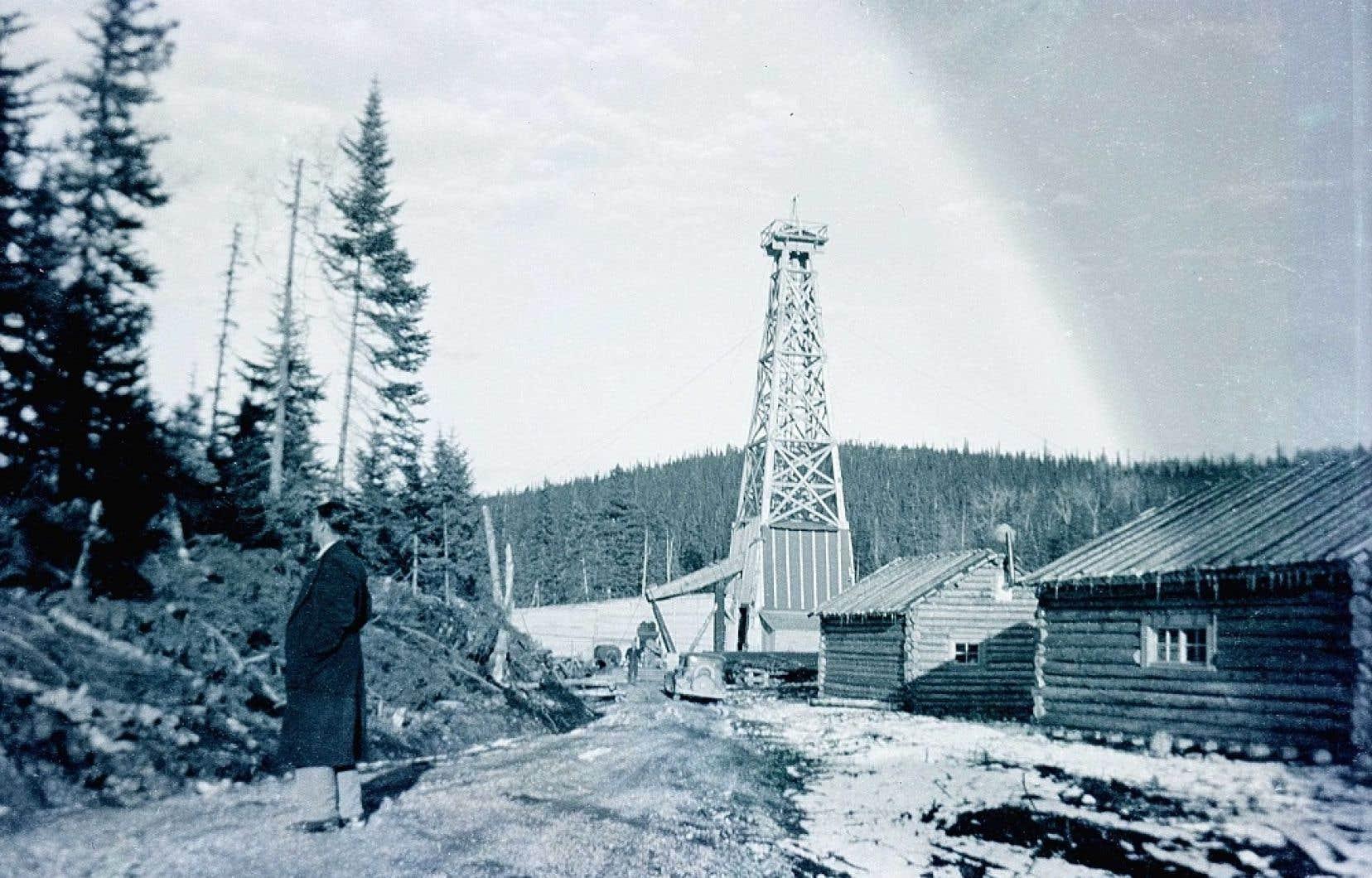 Les installations d'un puits de forage dans le secteur de la Petite Fourche, dans le chemin de la Mine, à l'ouest de Gaspé, vers 1950.