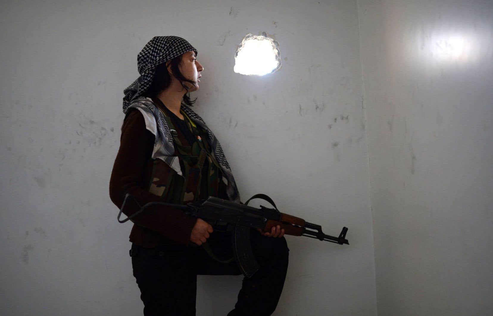 Au front syrien, la présence de combattantes kurdes détonne. « Les femmes font partie intégrante de notre révolution », affirme Engizek, qui dirige des dizaines de combattants dans le quartier de Cheikh Maqsoud aux mains des rebelles dans le nord d'Alep.