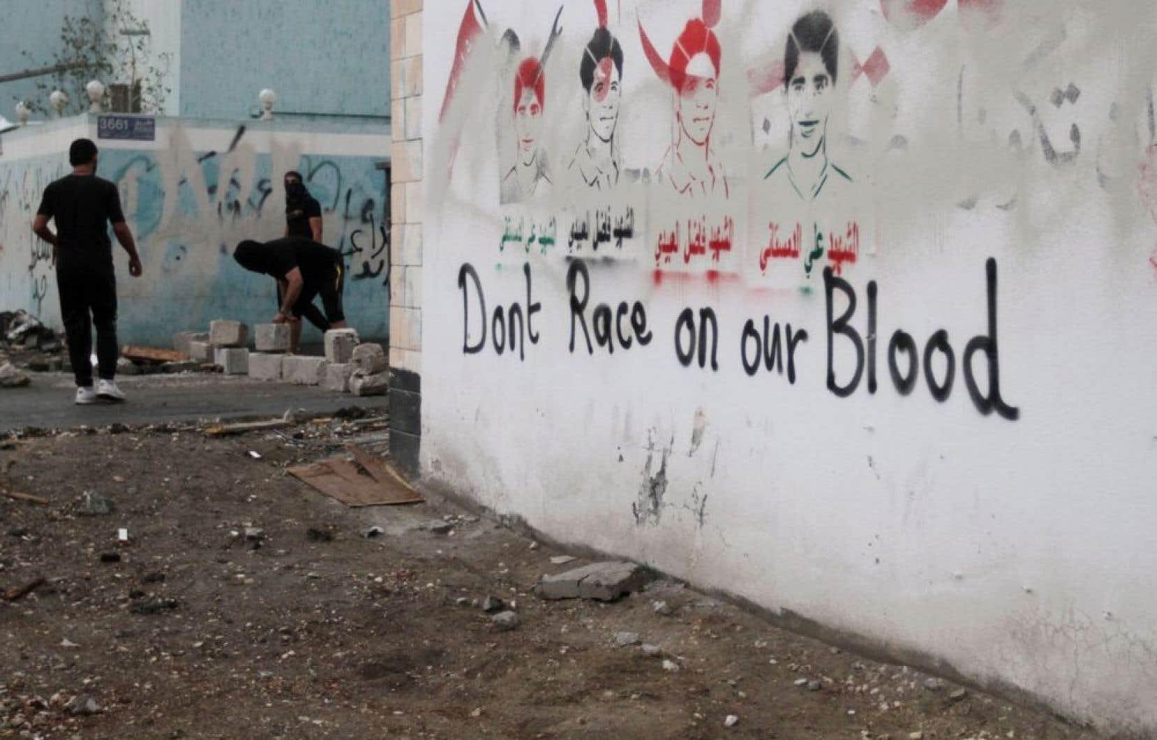Des jeunes affrontaient la police anti-émeute dans le village de Diraz, à Bahreïn, près d'un mur où l'on trouve des graffitis à l'endroit du Grand Prix de Formule 1 et des pochoirs représentant des résidants de Diraz tués depuis le début du soulèvement au pays en février 2011.