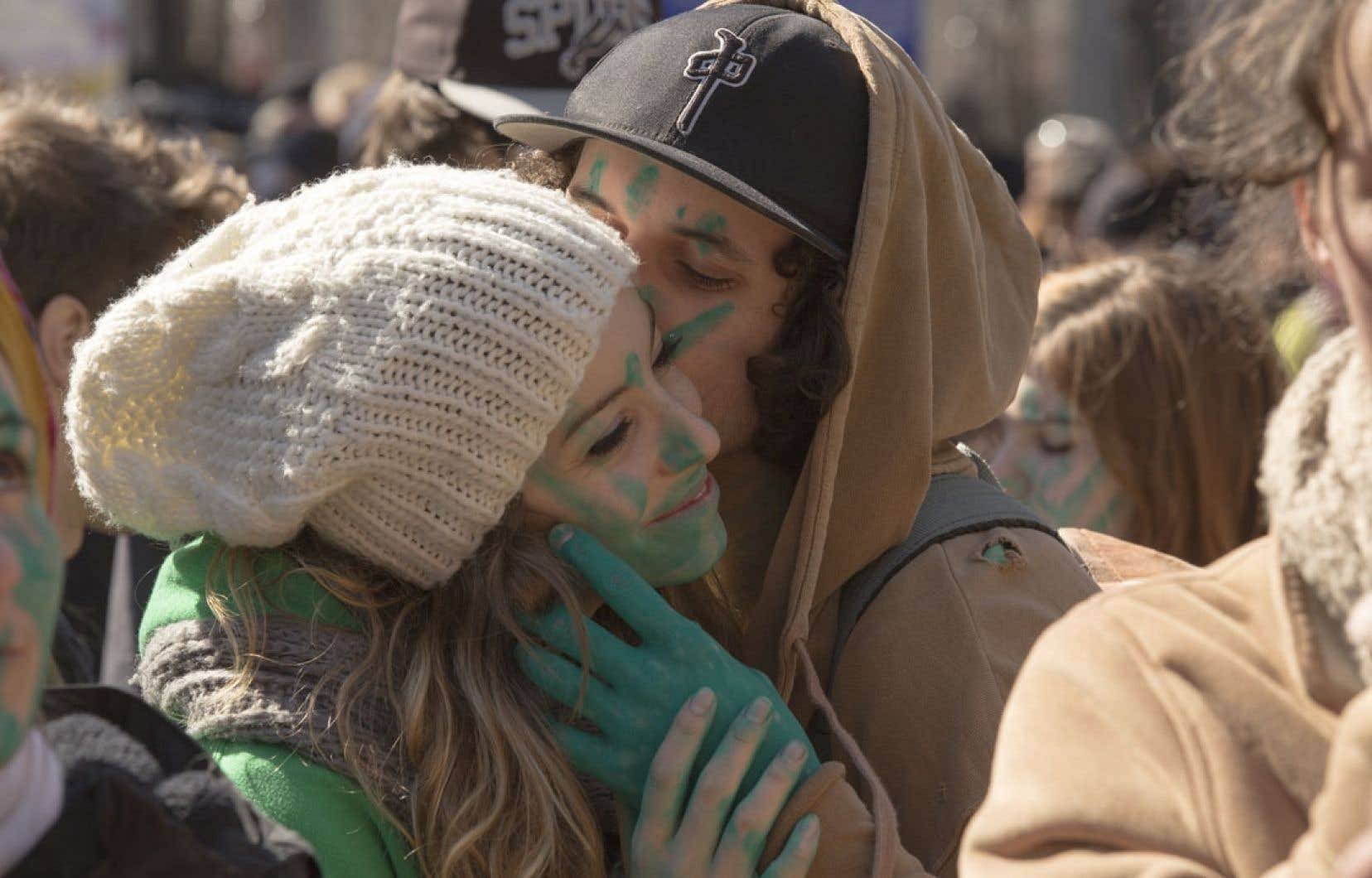 Un couple maquillé en vert se trouvait parmi les milliers de personnes qui ont pris part, dans le calme, à la Marche de de la Terre, dimanche, à Montréal.