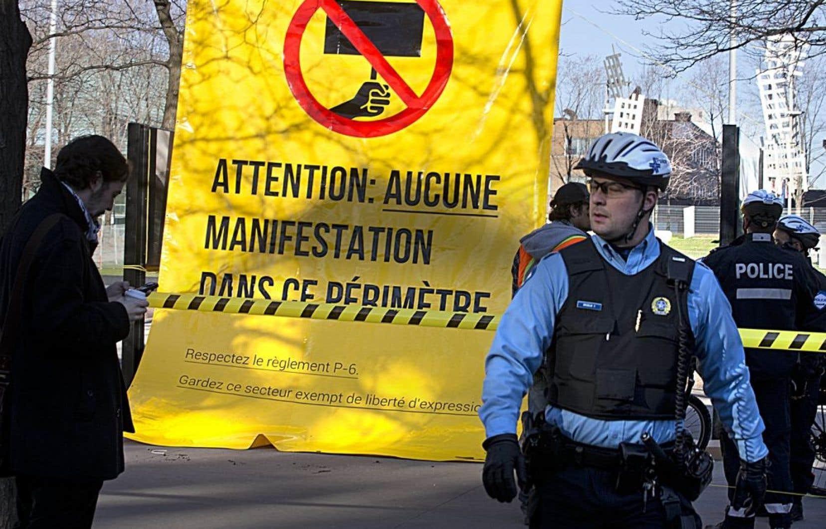 L'Association pour une solidarité syndicale étudiante a placardé plusieurs grandes affiches dénonçant le règlement municipal P6 de la ville de Montréal, autour de la place Émilie-Gamelin. Ils en ont aussi profité pour entourer la place avec du ruban jaune, telle une scène de crime.