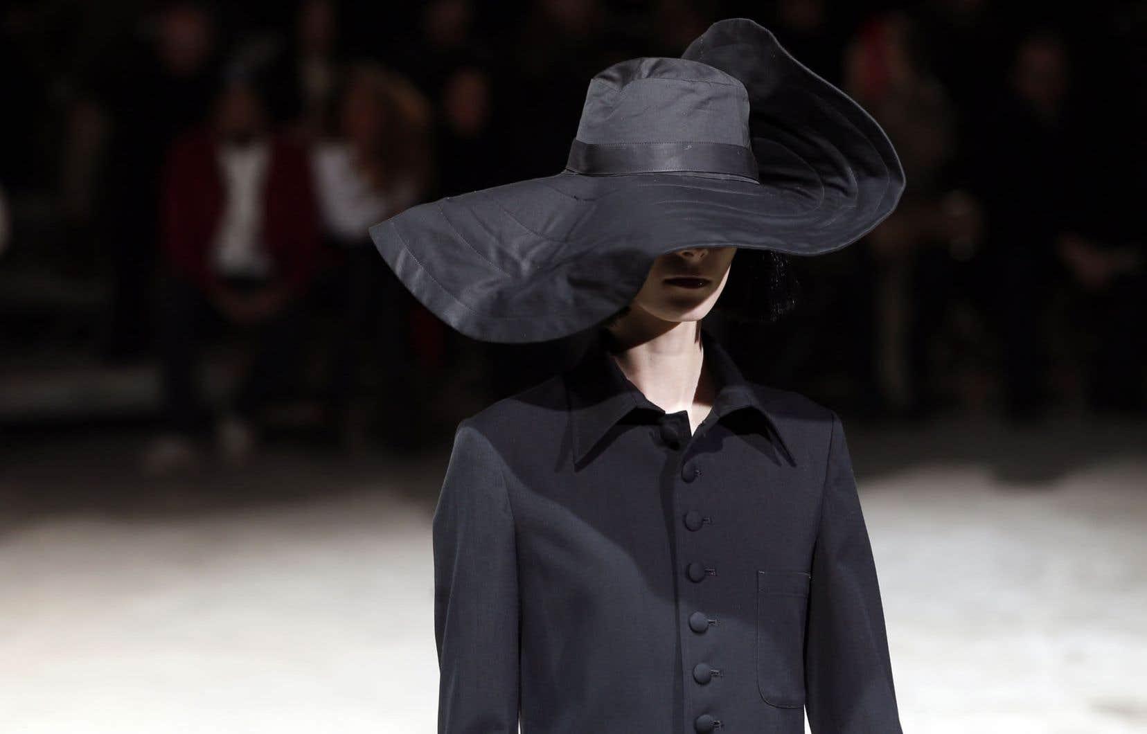 <div> Une création de la collection automne-hiver 2013-14 de Yohji Yamamoto présentée à la Fashion Week de Paris en mars dernier.</div>