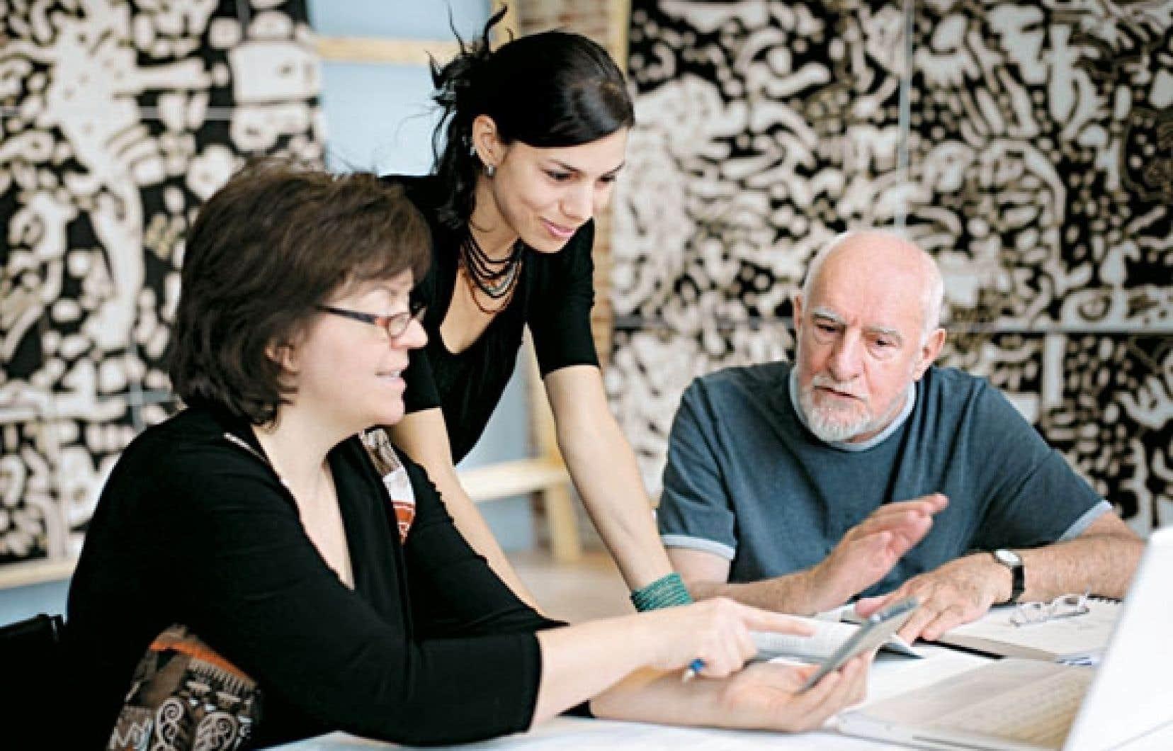La directrice général des Jardins du précambrien, Marie-Claude Cossette, en compagnie de la commissaire invitée, Chloë Charce, et du fondateur des lieux, René Derouin.