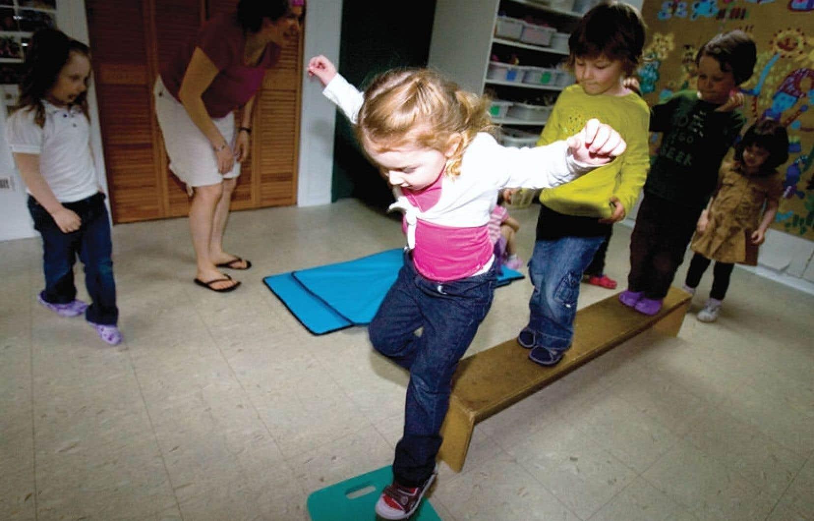 Le gouvernement Marois veut rendre la maternelle accessible à partir de l'âge de quatre ans pour les enfants vivant en milieux défavorisés.