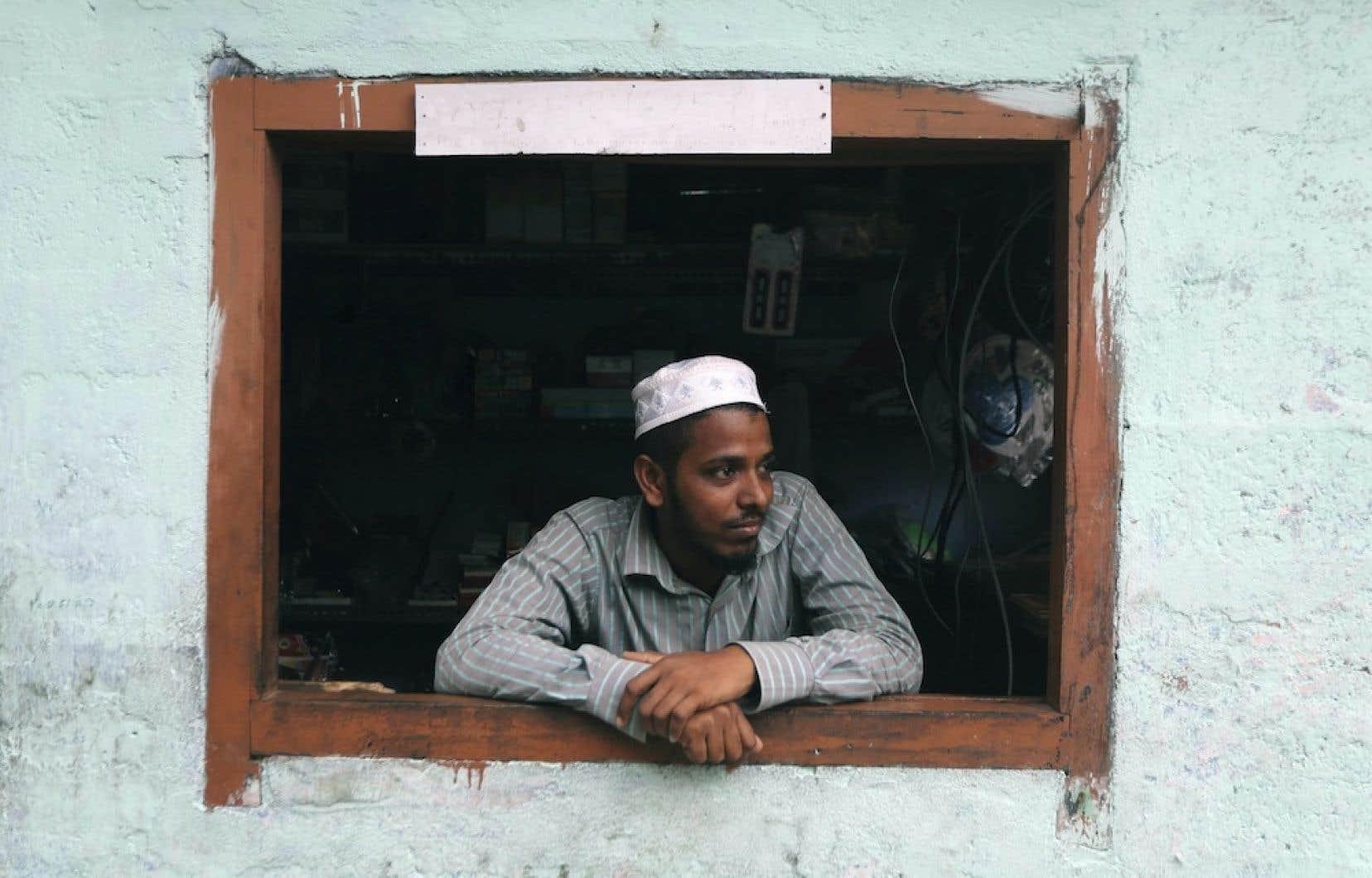 Un marchand musulman, au Sri Lanka. Selon une étude de l'institut Pew, montre que l'application chez les musulmans de la charia est surtout souhaitée dans la sphère privée, pour régler les affaires familiales ou foncières, par les musulmans habitant des pays où siègent déjà des cours religieuses de ce type.