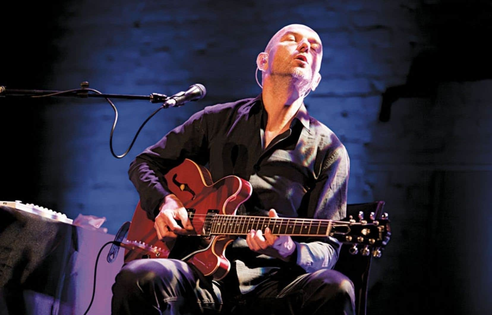 Le guitariste français Nicolas Repac a offert une courte prestation mardi, lors du dévoilement de la programmation en salle du 34e FIJM. Repac présentera le 3 juillet son projet The Black Box, où il utilise et alimente en direct ses machines pour retourner aux sources du blues.