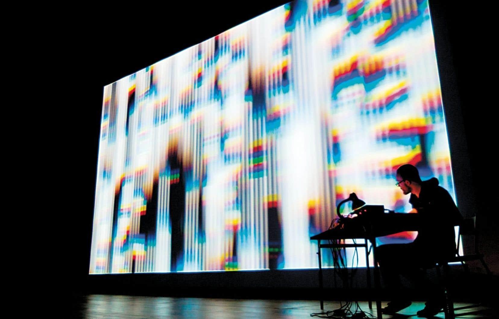Avec la performance System Introspection, Nicolas Maigret met à nu des disques durs d'ordinateur dont la logique binaire est traduite en un flux sonore et visuel.