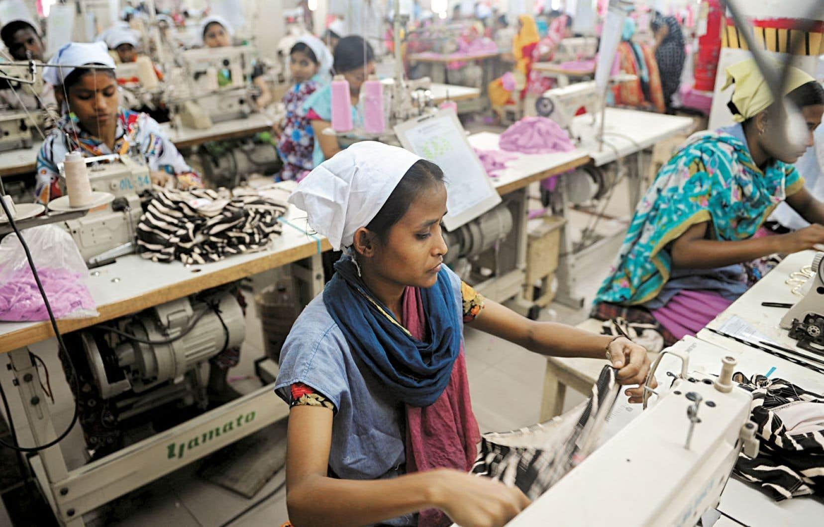 Mallika Shakya, professeure à la South Asian University, à New Delhi, trouve révoltant l'argument néolibéral « réducteur » qui veut faire croire que le travail en usine, même à salaire médiocre, constitue malgré tout un instrument de progrès et d'ascension sociale pour un grand nombre de gens dans les pays pauvres. Ci-dessus, des travailleuses s'affairent dans une usine de Dacca.