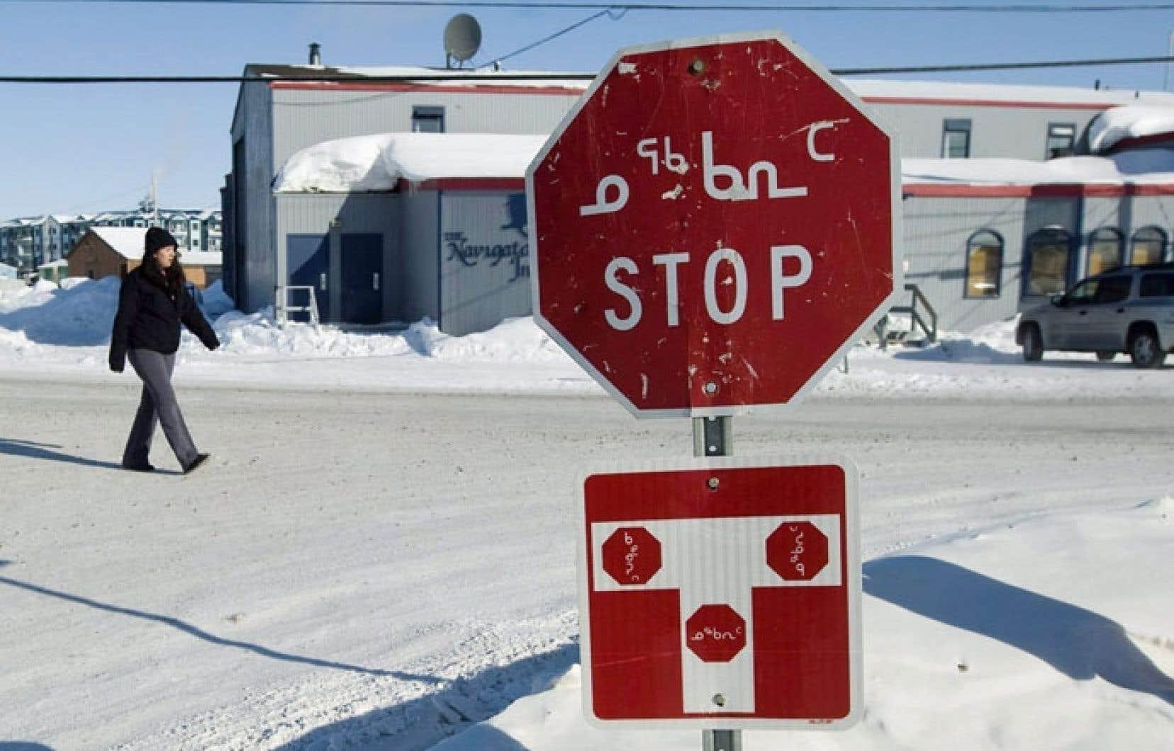 Un signal d'arrêt en anglais et inuktitut à Iqaluit, au Nunavut. Les langues autochtones sont en déclin au Canada.