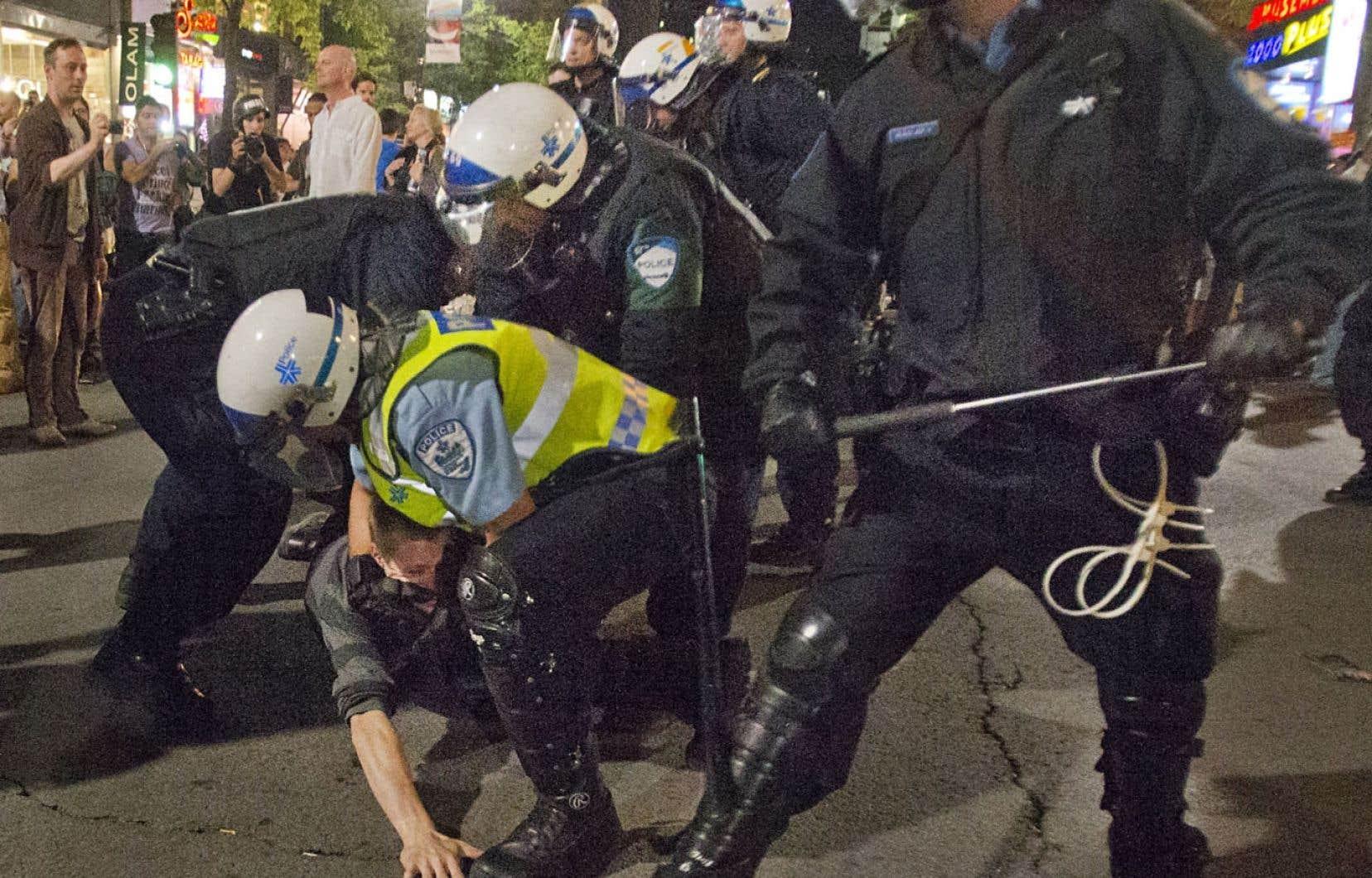 Arrestation musclée d'un manifestant en juin dernier à Montréal. À ce jour, quelque 200 plaintes ont été formulées au commissaire à la déontologie à la suite des événements du printemps érable.