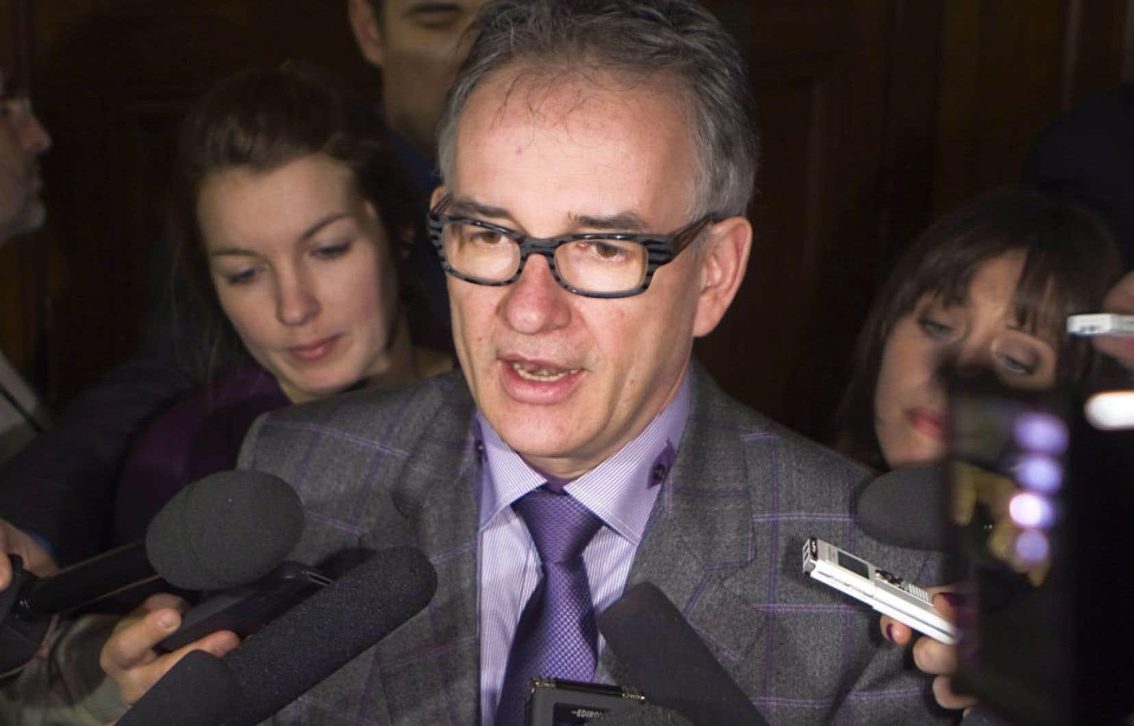 Le ministre de la Santé, Réjean Hébert, a mandaté la Commission à la santé et au bien-être pour revoir la pertinence d'offrir certains services de procréation assistée.