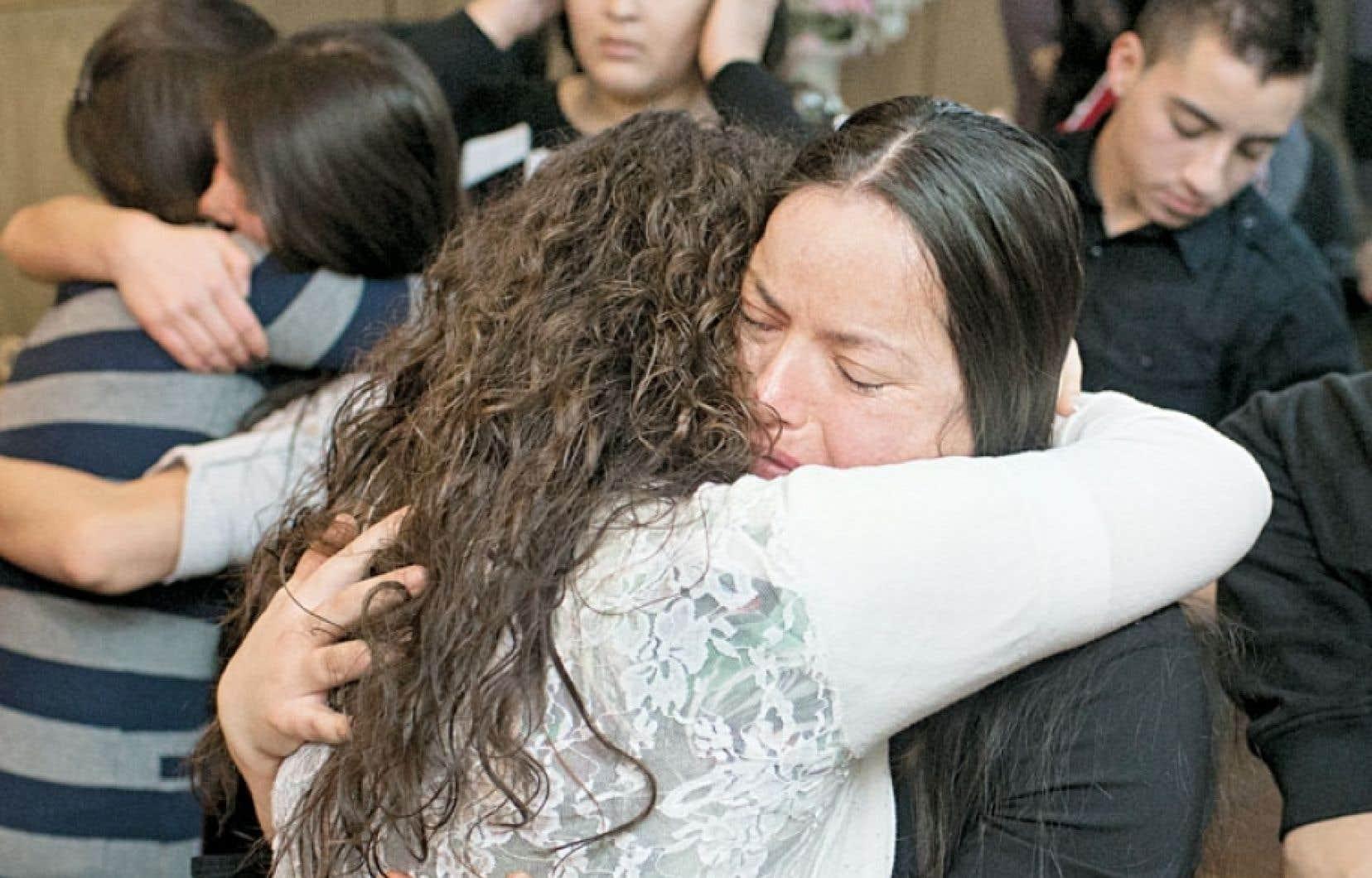 Marisol Mendez est réconfortée par une proche à l'église où sa famille avait demandé une révision de la décision gouvernementale les expulsant vers le Mexique. Les Reyes Mendez ont finalement été déportés en janvier dernier.