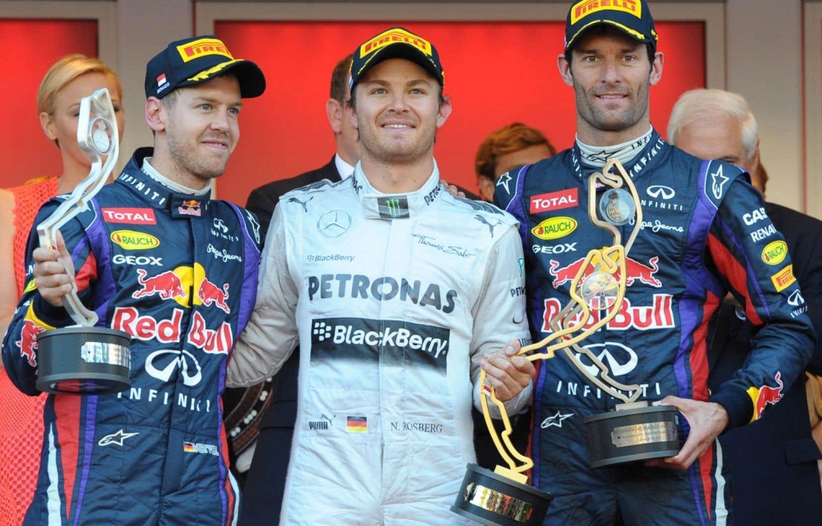 Sebastian Vettel et Mark Webber, de Red Bull, entourent Nico Rosberg, de Mercedes, sur le podium du Grand Prix de Monaco, sixième manche de la saison de Formule 1.