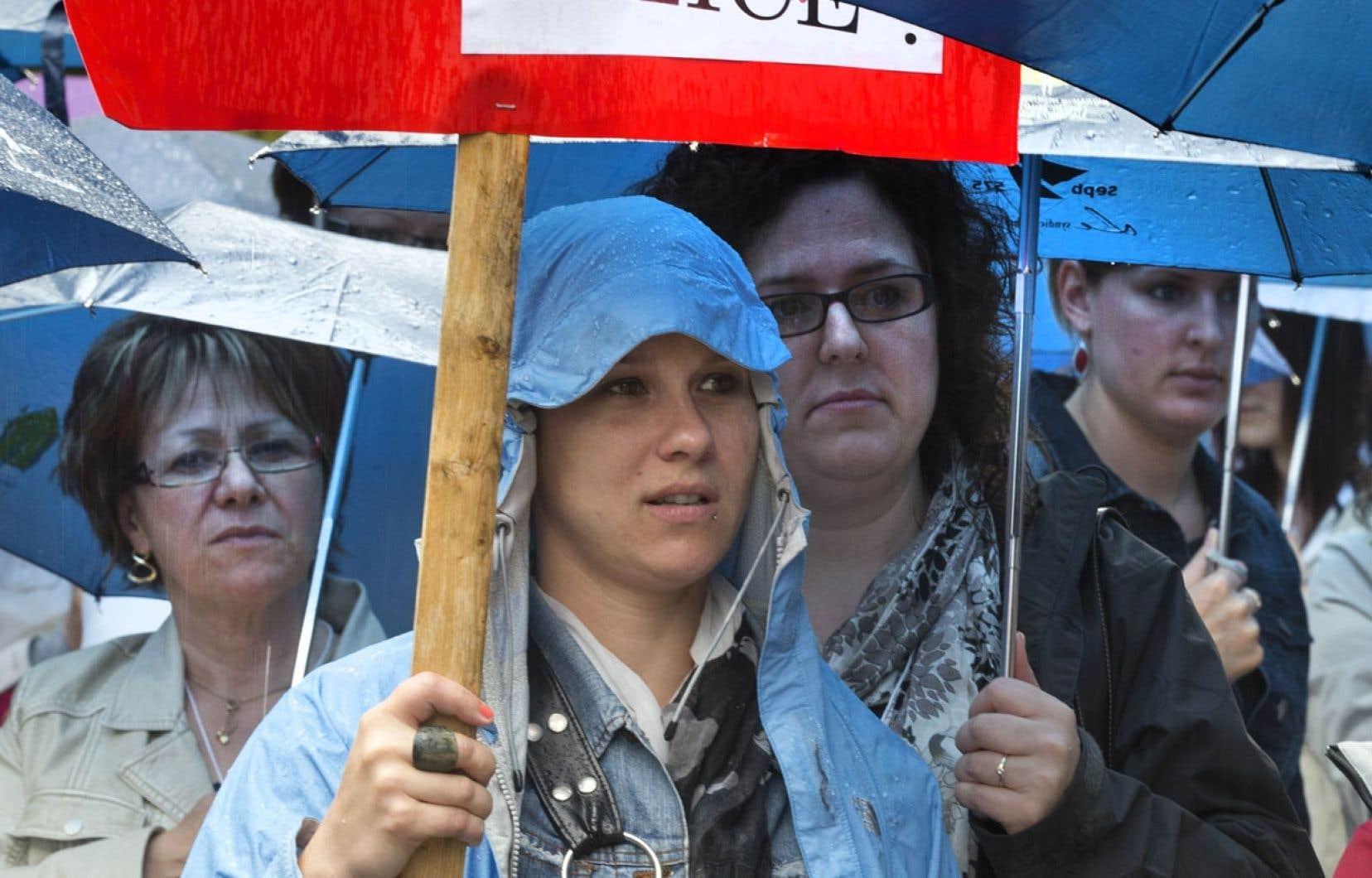 Quelque 200 personnes ont défilé devant les bureaux montréalais de Pauline Marois mercredi pour dénoncer la violence faite aux femmes.